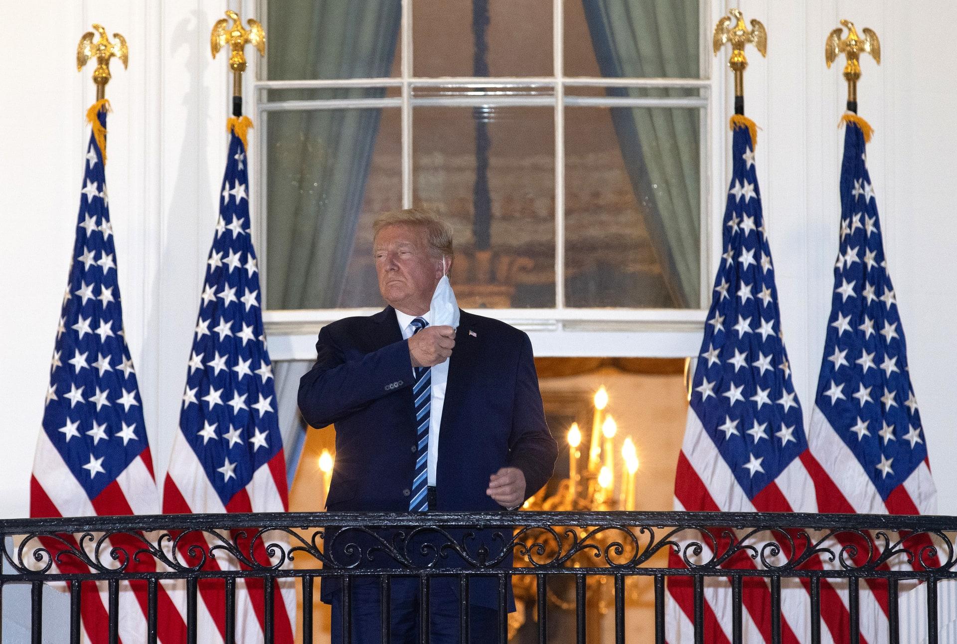 ترامب يخلع الكمامة فور عودته للبيت الأبيض