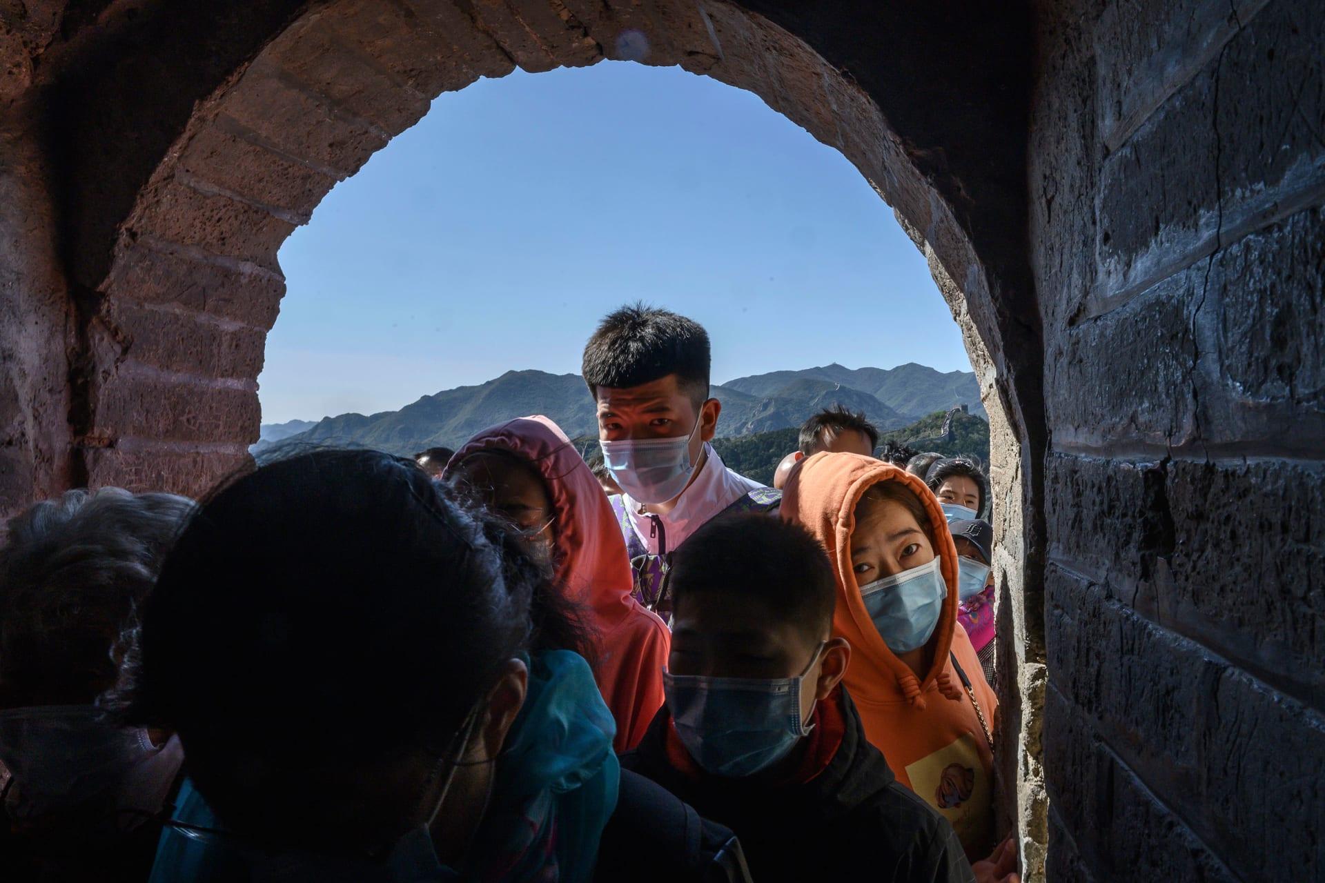 """حشود السياح تجتاح سور الصين العظيم وسط عطلة """"الأسبوع الذهبي"""".. ماذا عن كورونا؟"""