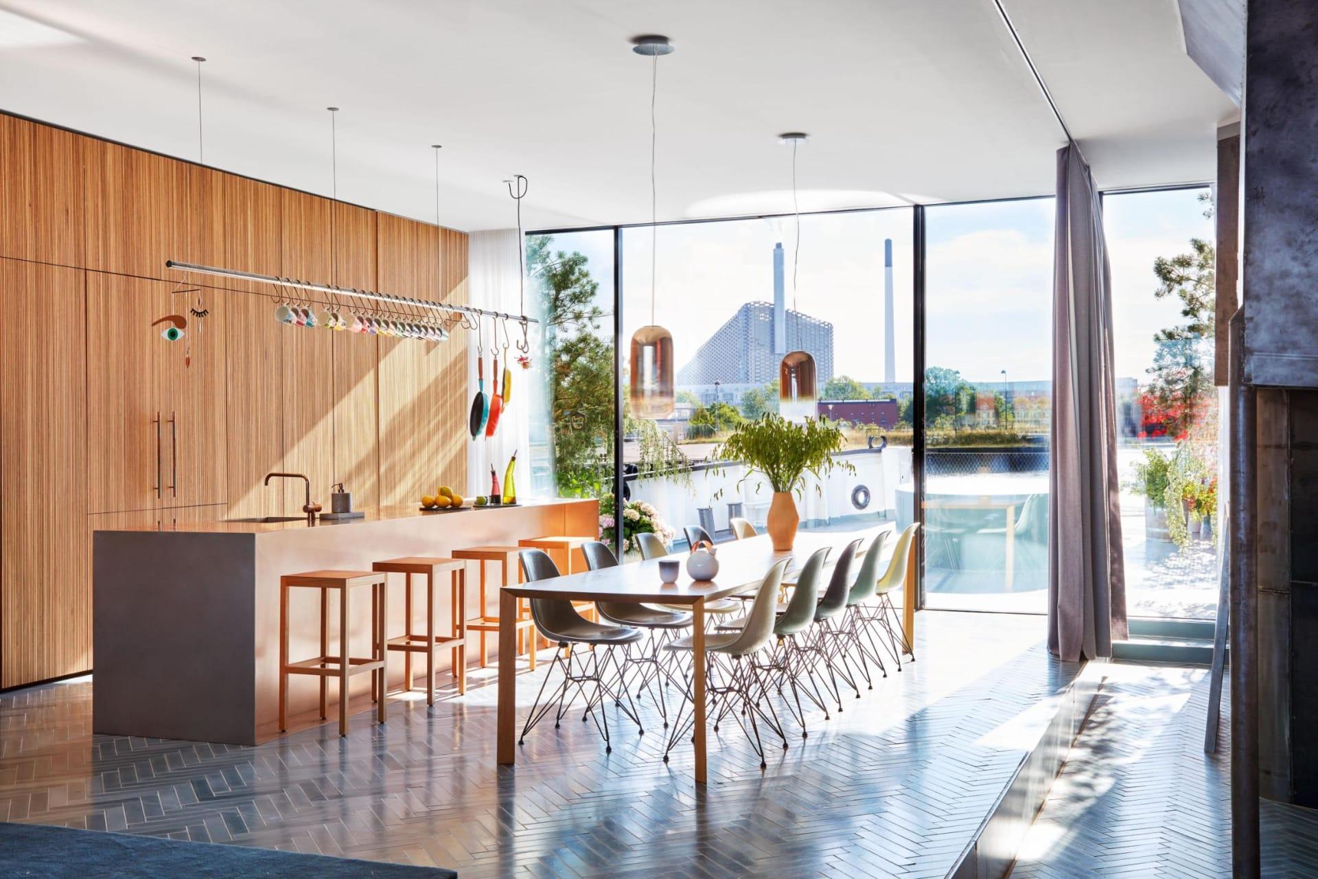 معماري دنماركي يحول سفينة إلى قصر عائم يزن 450 طن لعائلته