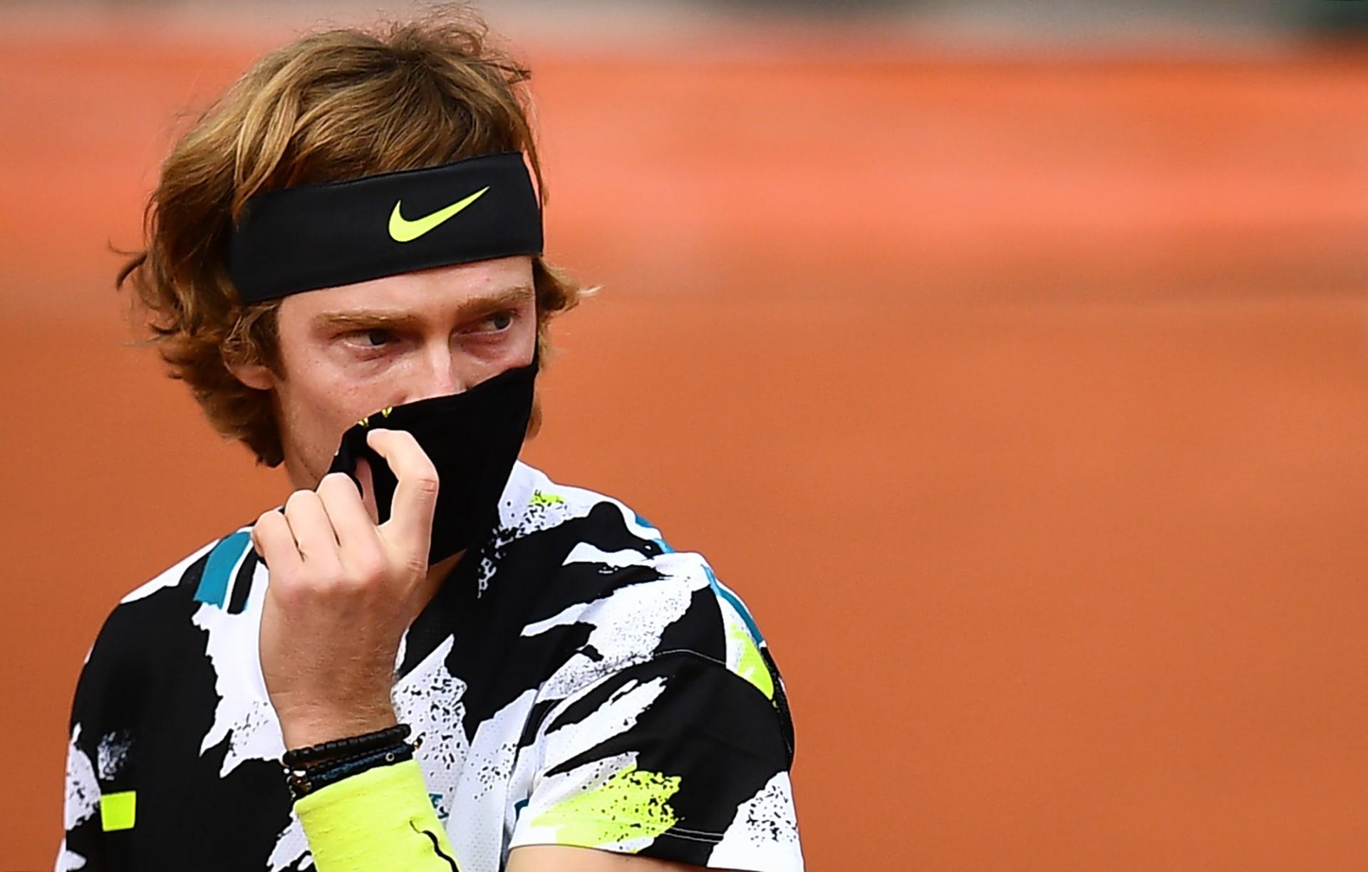 اتهام لاعب تنس أمريكي بالفرار من روسيا بعد ثبوت إصابته بكورونا