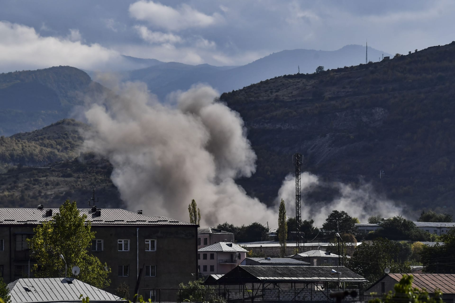 تجدد القتال بين أرمينيا وأذربيجان يبدد آمال وقف إطلاق النار.. وإيران تندد بسقوط قذائف بأراضيها