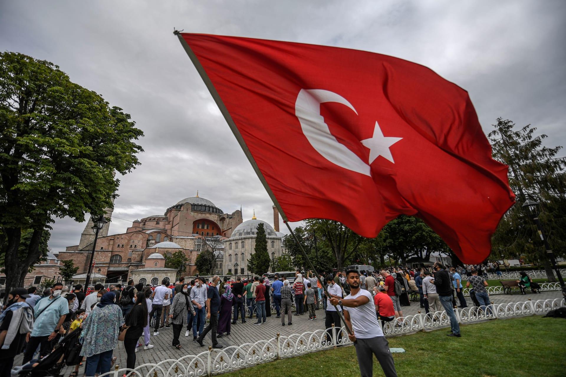 """السعودية.. بعد حملة """"مقاطعة البضائع"""" مطالبات بإزالة العلم التركي من المطاعم"""