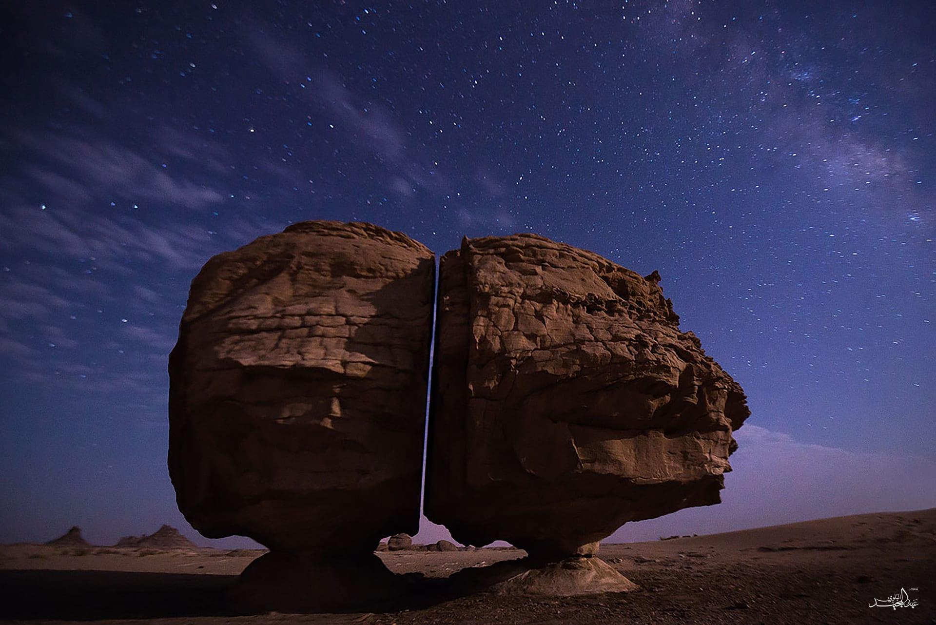 لفتت أنظار الرحالة والباحثين.. هذا سبب الانشطار العجيب لصخرة تيماء بالسعودية