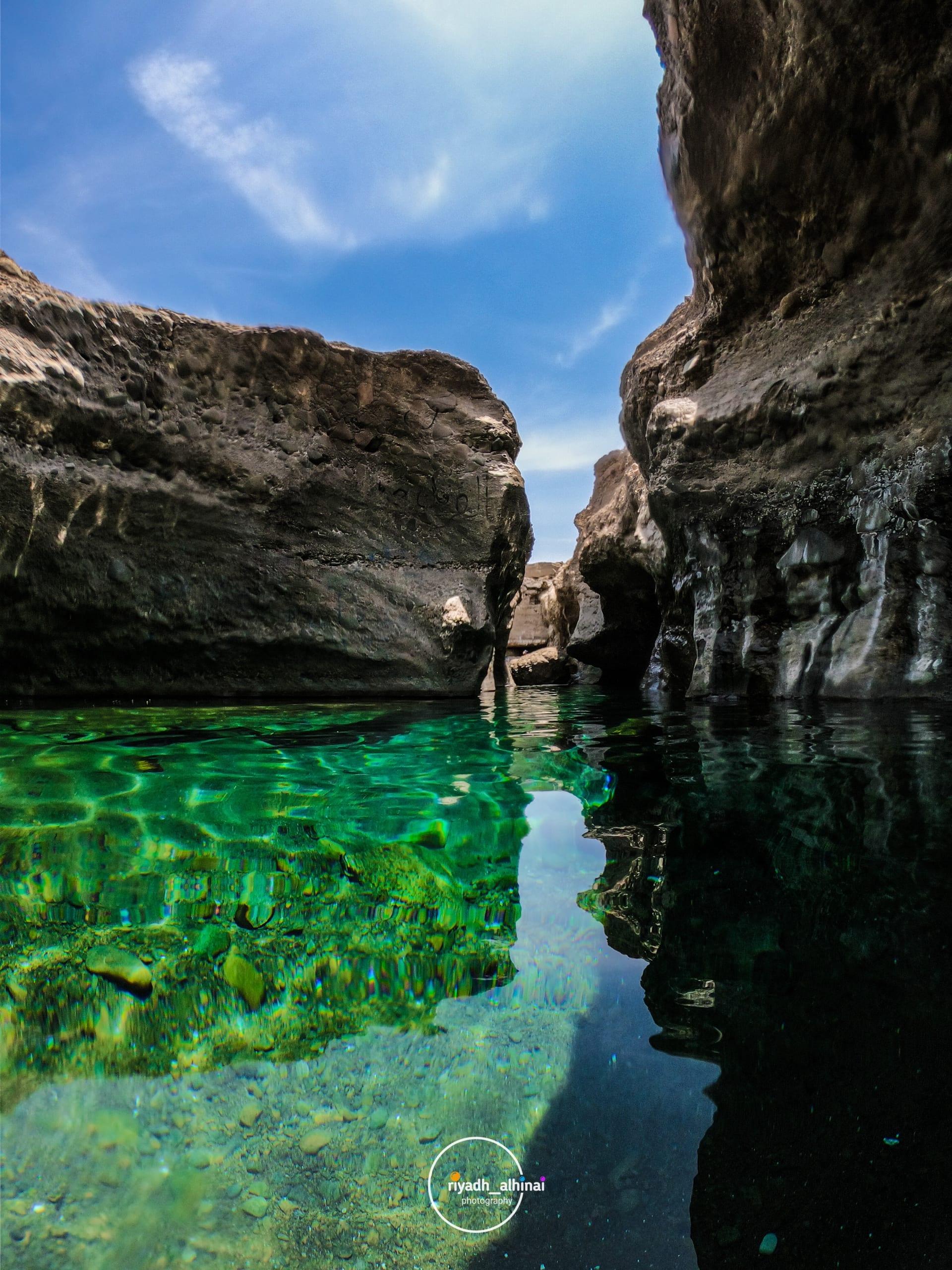 ما وراء هذه الطبيعة الجبلية الوعرة بعمان.. استكشف هذا المسبح الطبيعي الصافي بين الصخور
