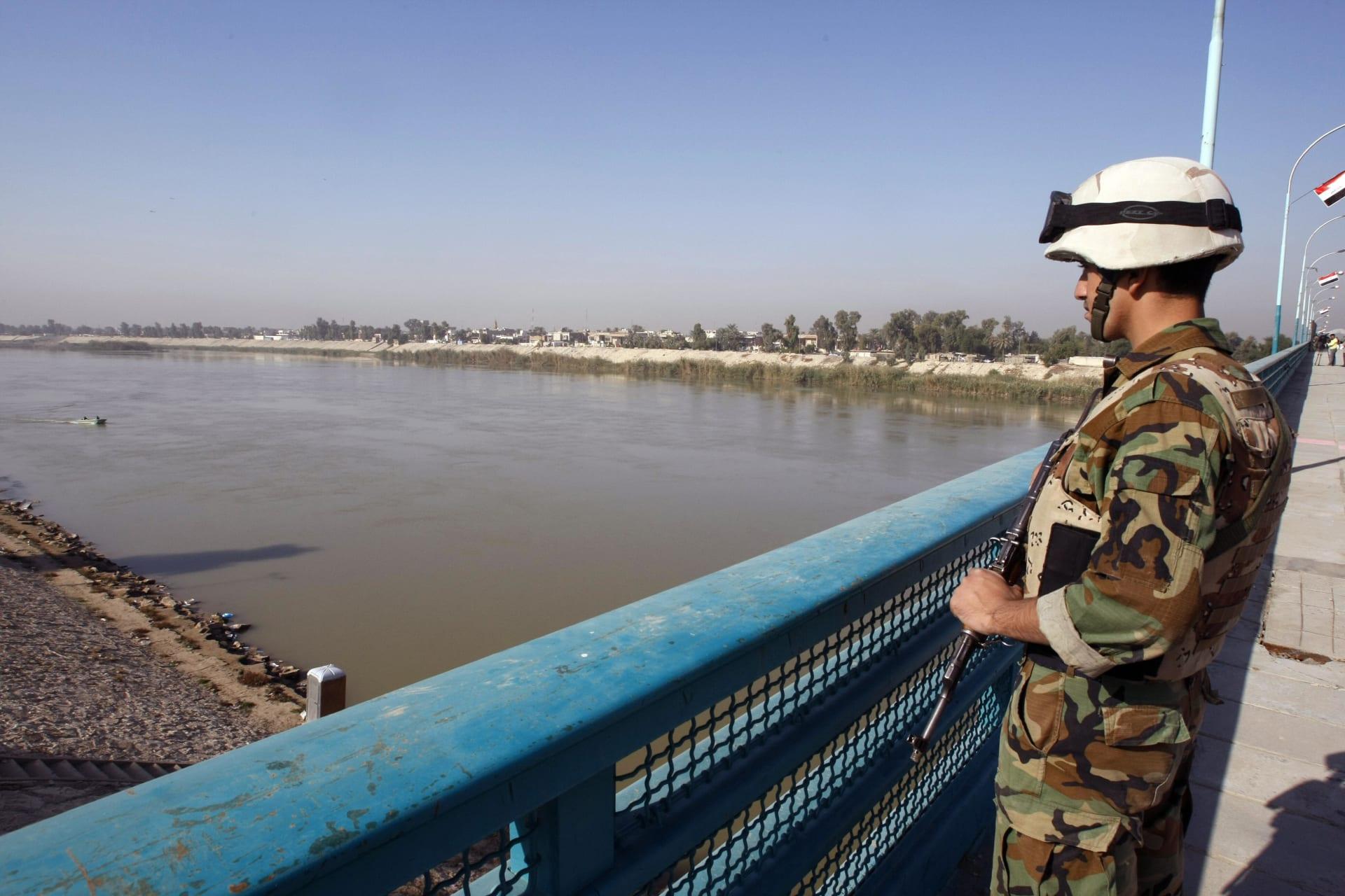 صورة أرشيفية لجندي عراقي على جسر الأئمة