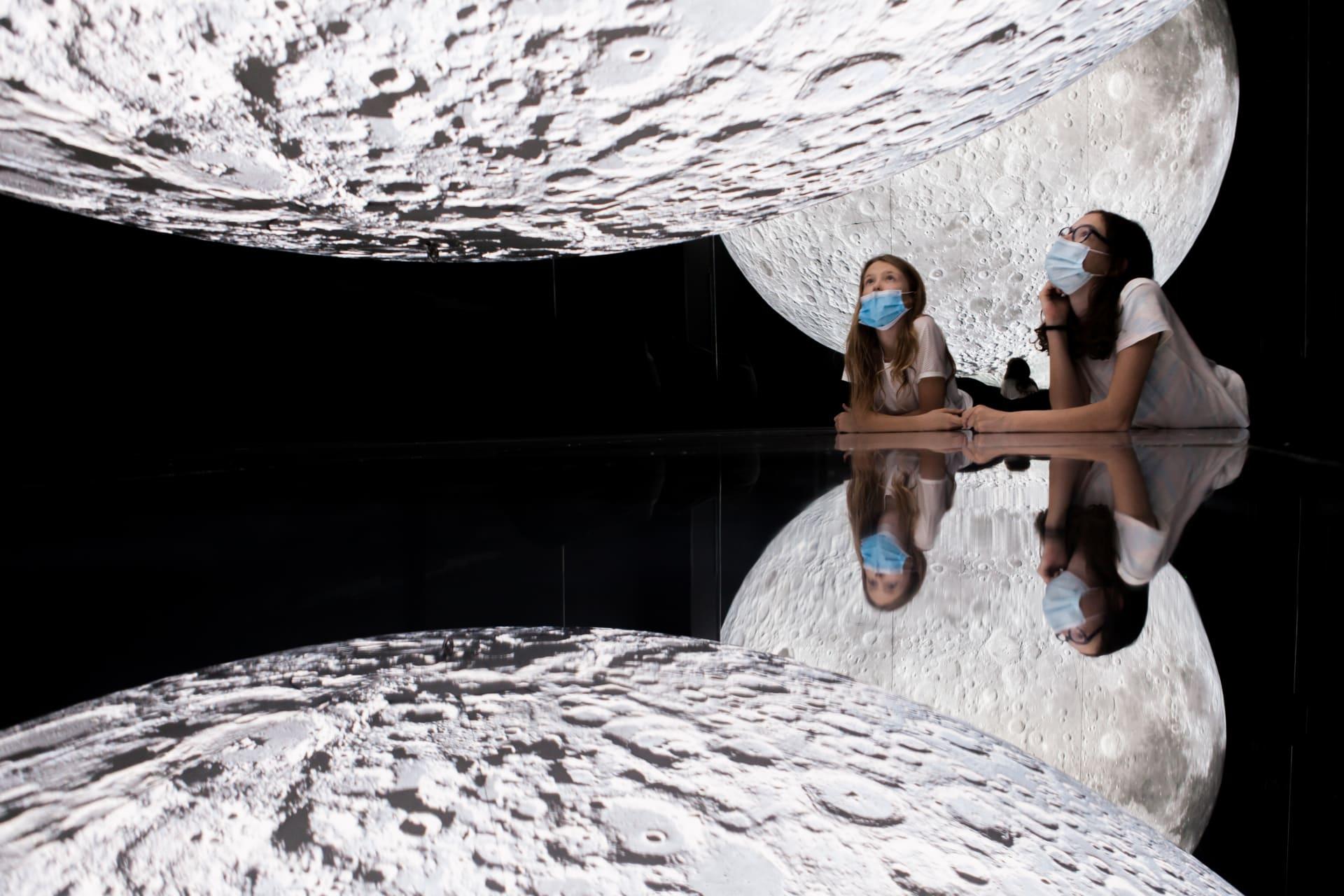 """تجربة تبهر الحواس  صنعت بمساعدة """"ناسا"""".. سيُشعرك هذا القمر الضخم في دبي أنك في رحلة إلى الفضاء"""