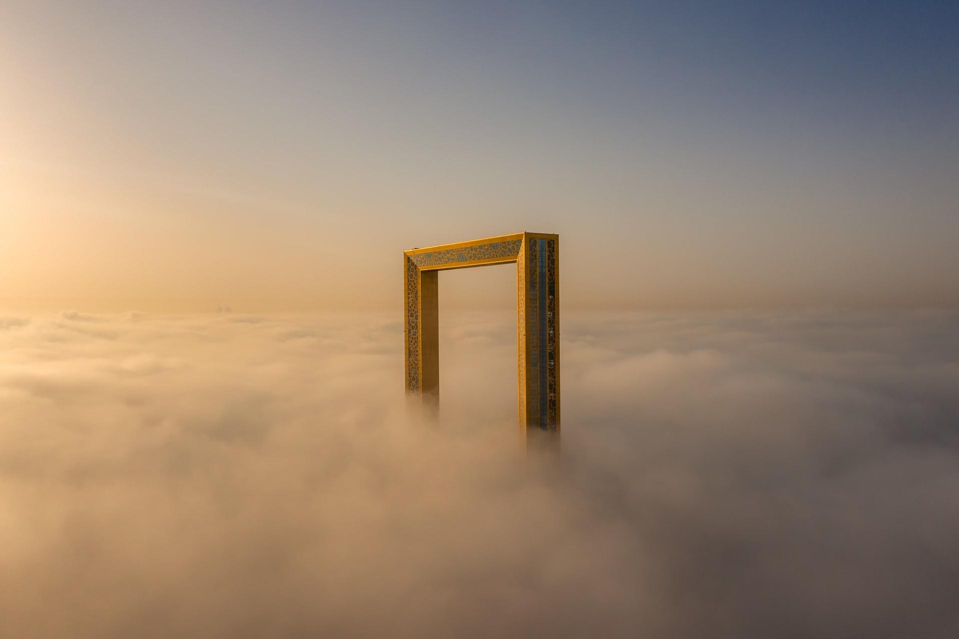 صورة لبرواز دبي فوق بحر من الضباب تفوز في مسابقة تصوير جوية