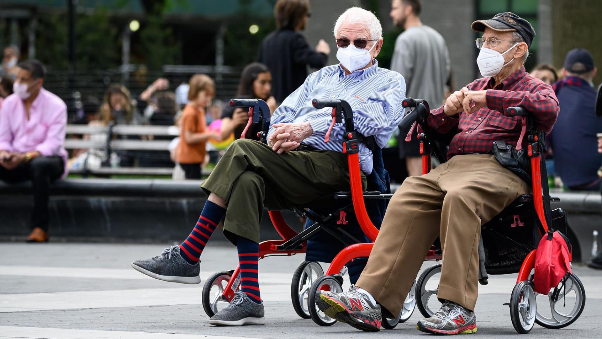 كبار السن أفضل في التعامل مع فيروس كورنا مقارنة بالشباب