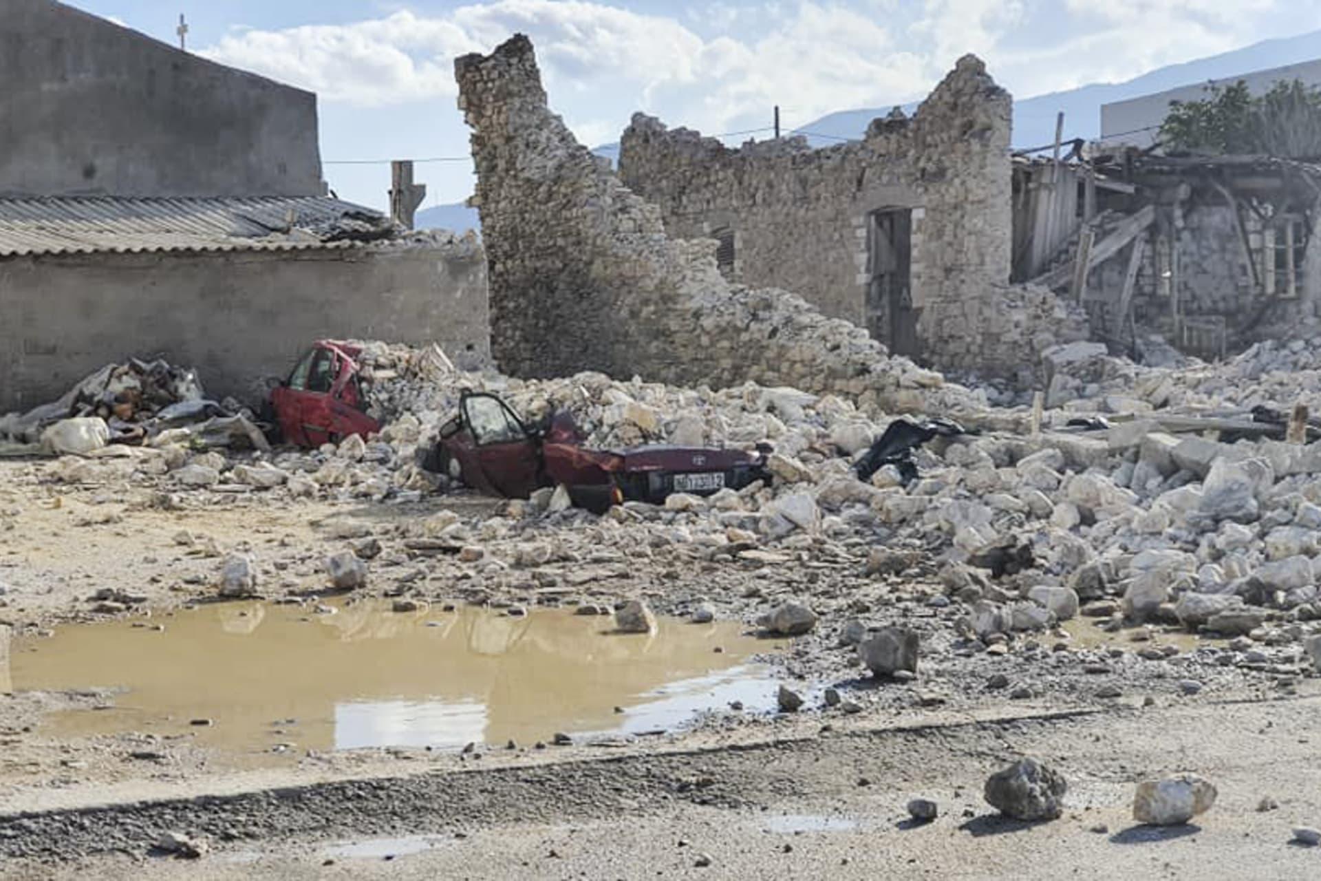 انهيار منازل في جزيرة ساموس اليونانية
