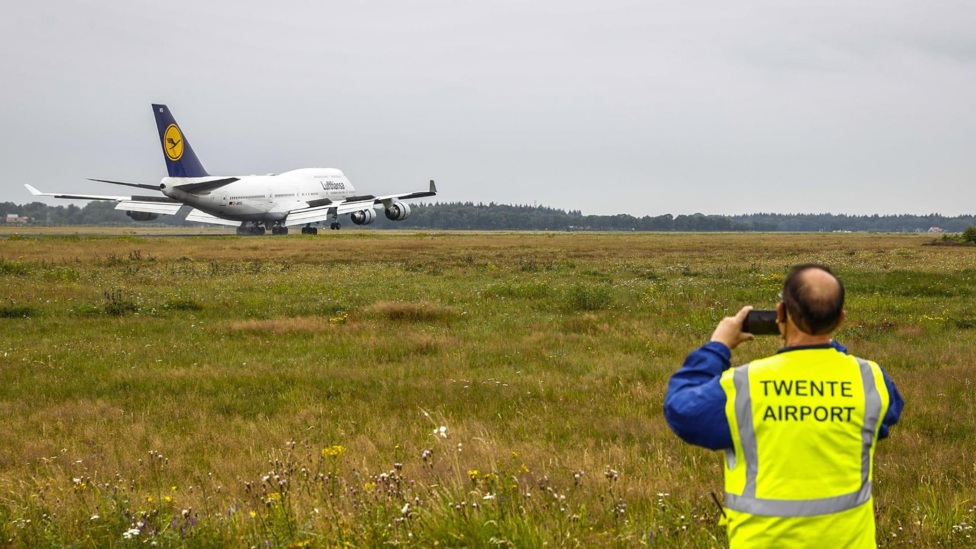 طائرات تحط في مطار هولندي وتُمنع من الخروج.. ما السبب؟