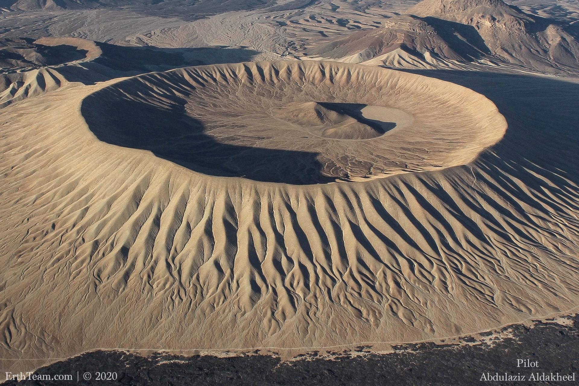 فوهة جبل البيضاء.. أعجوبة جيولوجية تخطف الأنظار في السعودية