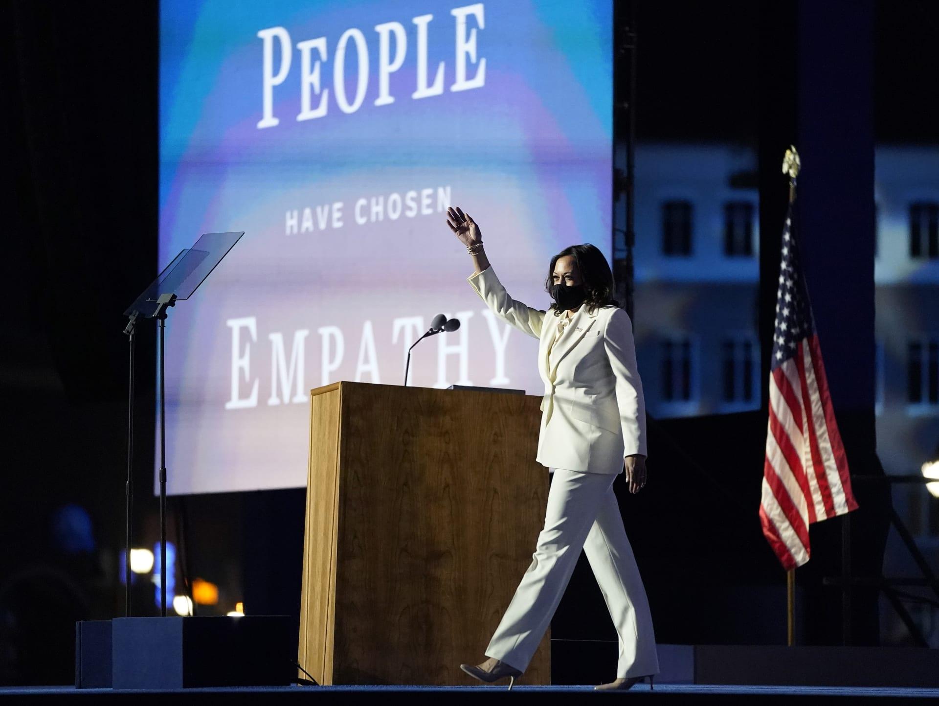 كمالا هاريس تطل ببدلة بيضاء بخطابها كأول امرأة بمنصب نائبة رئيس أمريكا..ما السبب؟