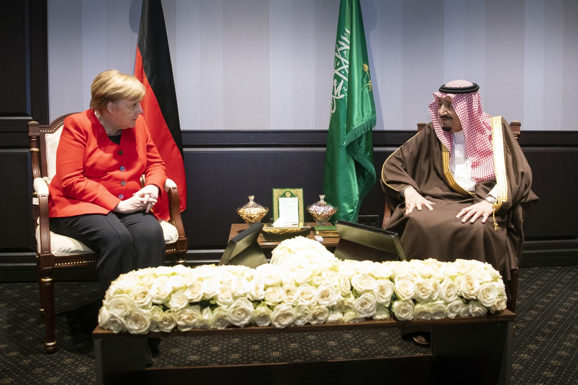 صورة أرشيفية للقاء بين الملك سلمان وميركل على هامش قمة في شرم الشيخ في فبراير 2019