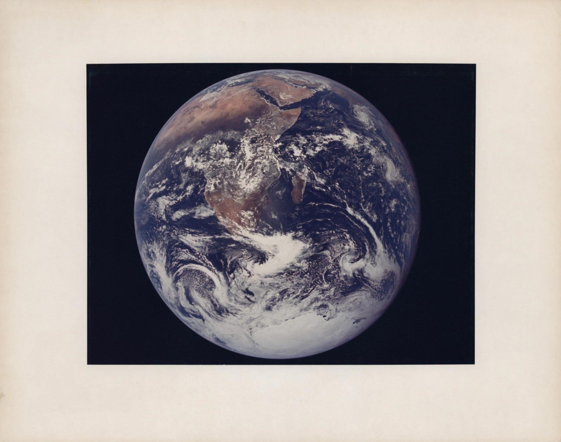"""منها أول صورة """"سيلفي"""" في الفضاء.. طرح صور نادرة  من مهمات فضاء تاريخية للبيع في المزاد"""