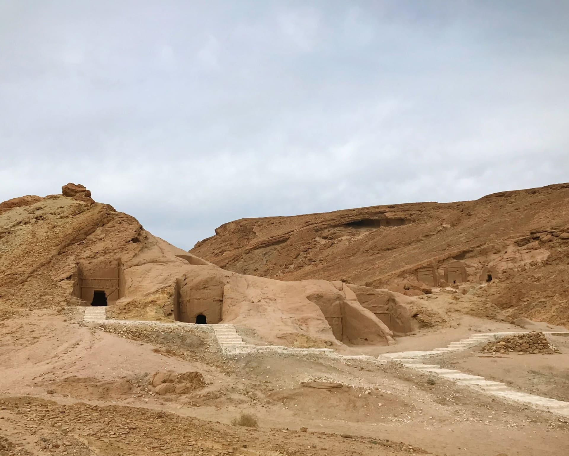 قبور منحوتة في الصخور ترجع إلى العصر النبطي في السعودية.. ما قصتها؟