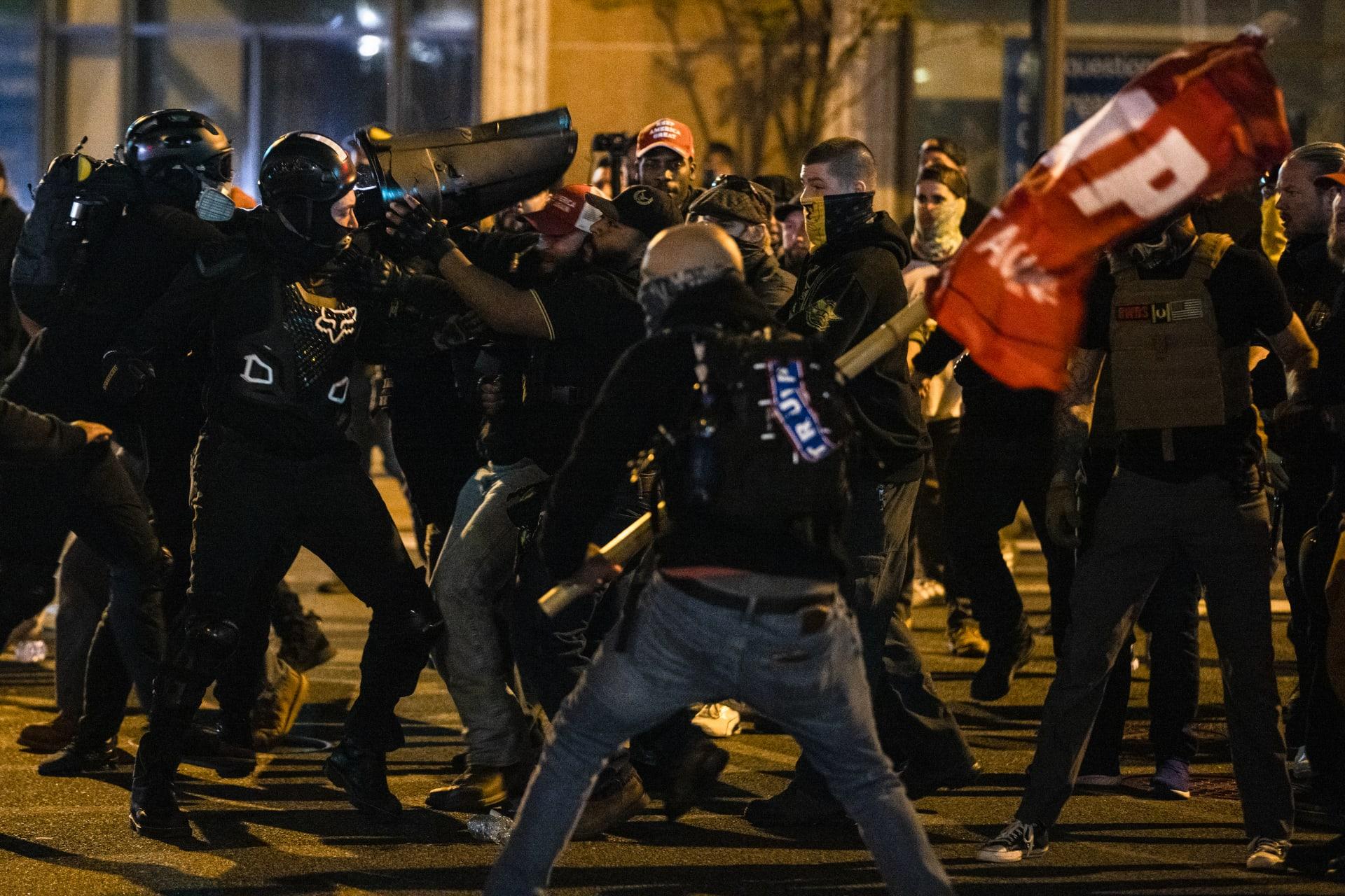 مظاهرة أنصار ترامب: اعتقال 20.. طعن شخص عدة مرات.. وإصابة شرطيين