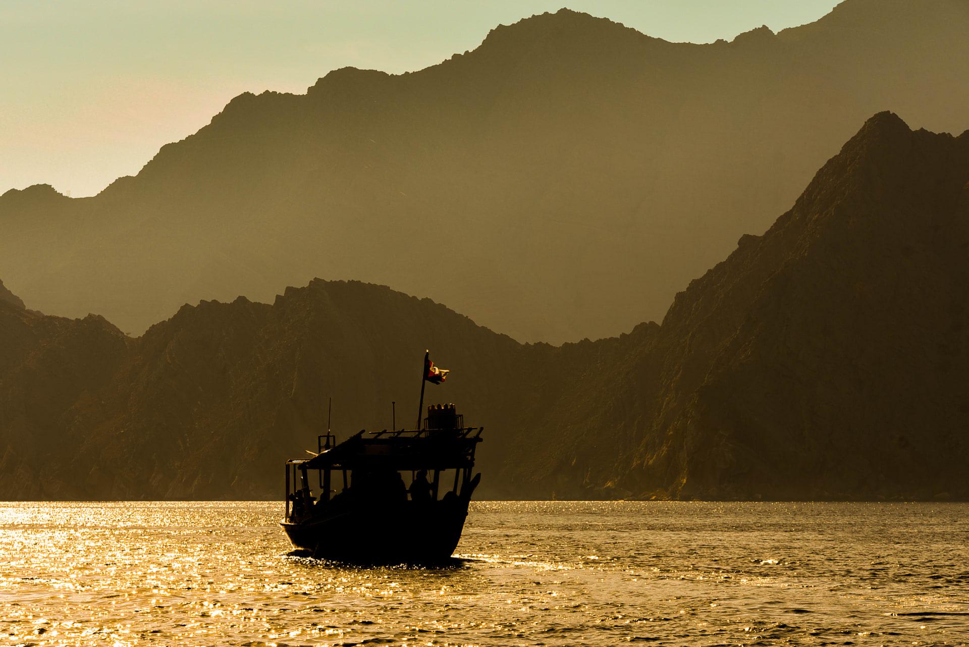حيث تلتقي الجبال مع المياه الصافية.. تعرف على هذه المحافظة العمانية الخلابة المنفصلة عن بقية البلاد