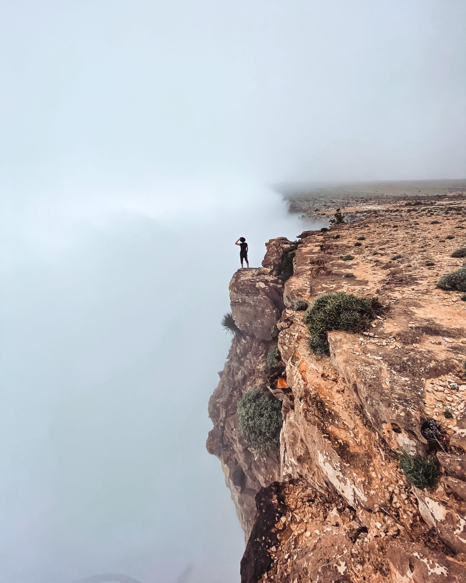مشهد مثل الحلم..قمة جبل سمحان تعانق السحاب في سلطنة عمان