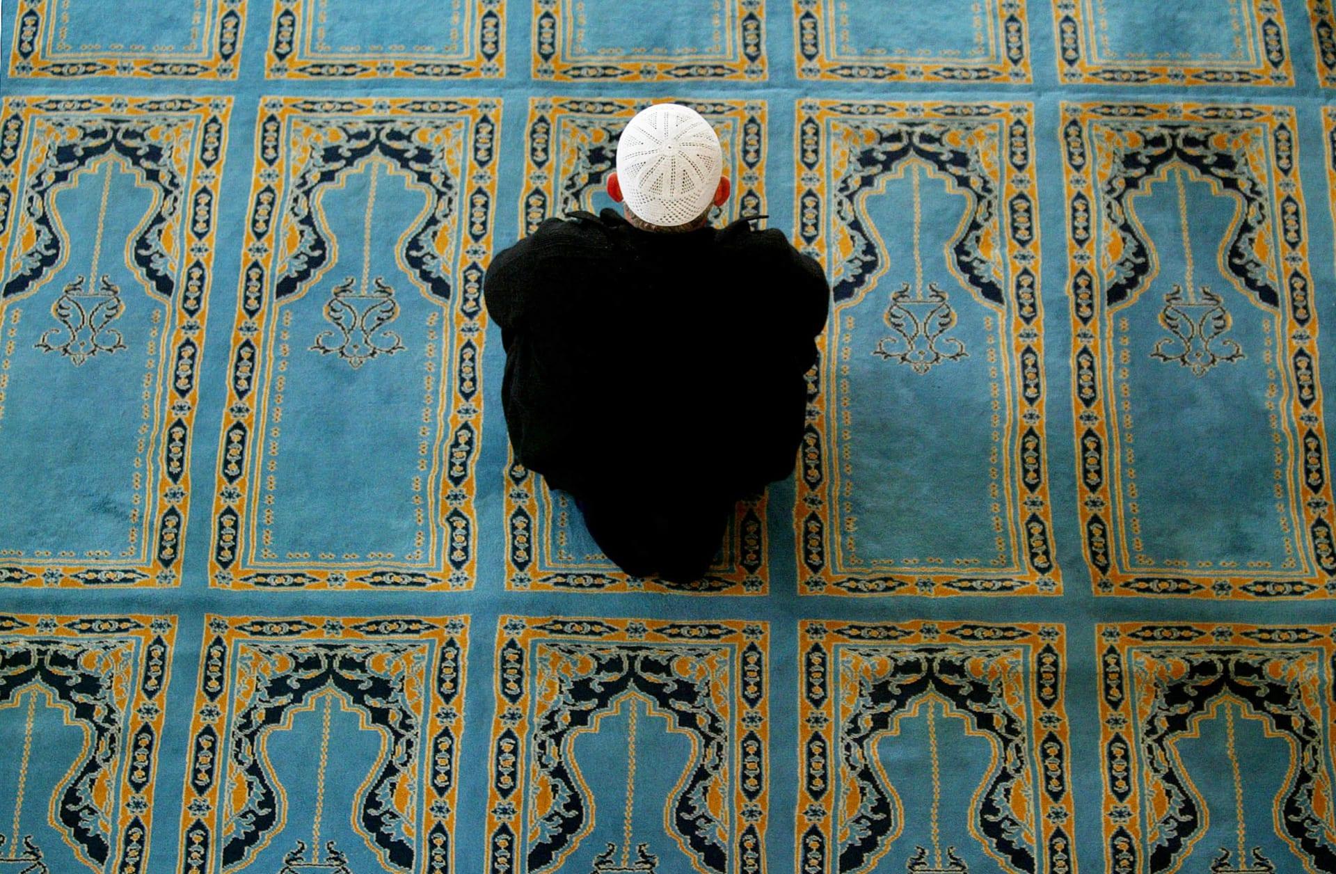 صورة أرشيفية لرجل مسلم خلال الصلاة