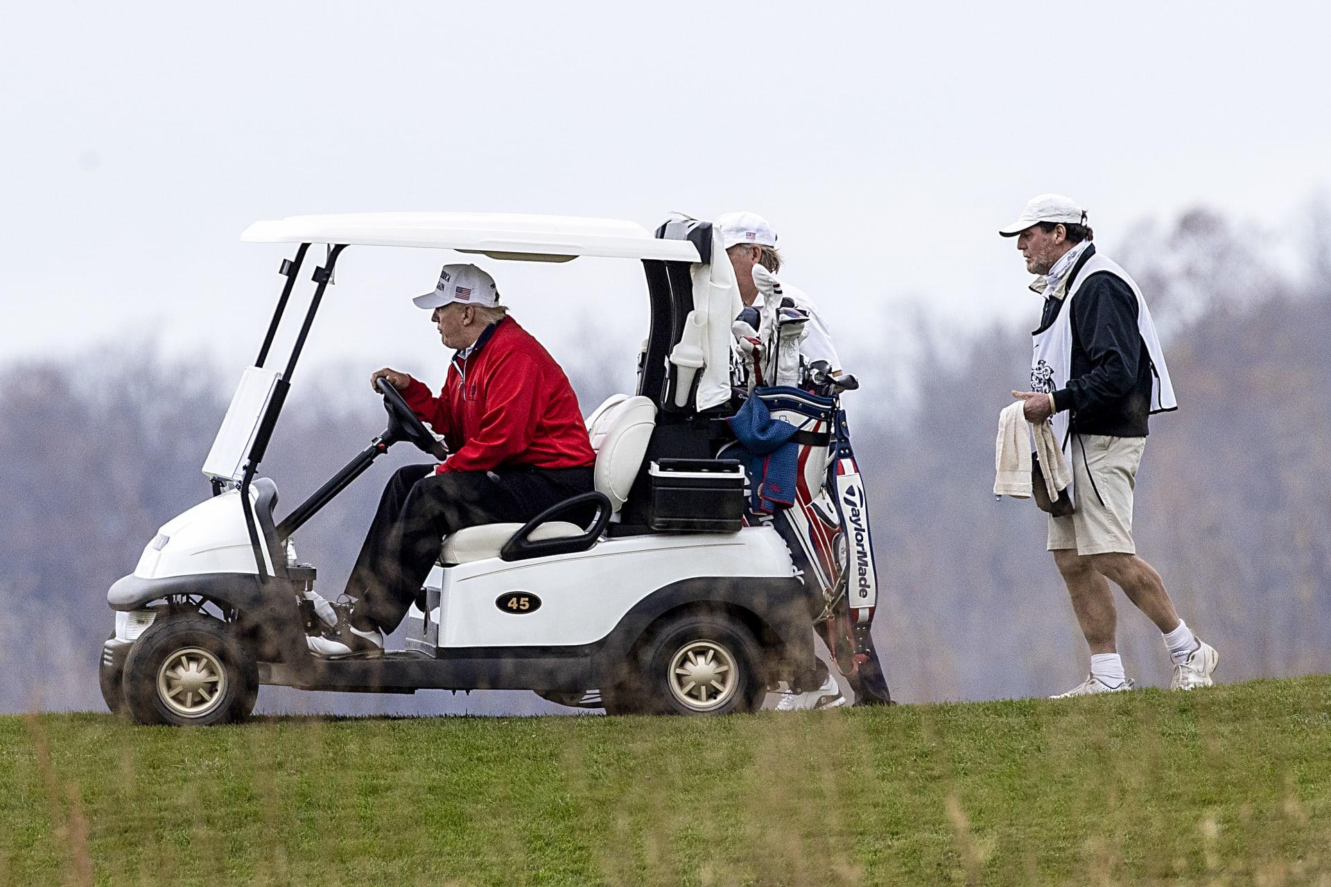 ترامب يغرد على تويتر تزامنا مع حضوره قمة العشرين.. ويغادر البيت الأبيض إلى نادي الغولف