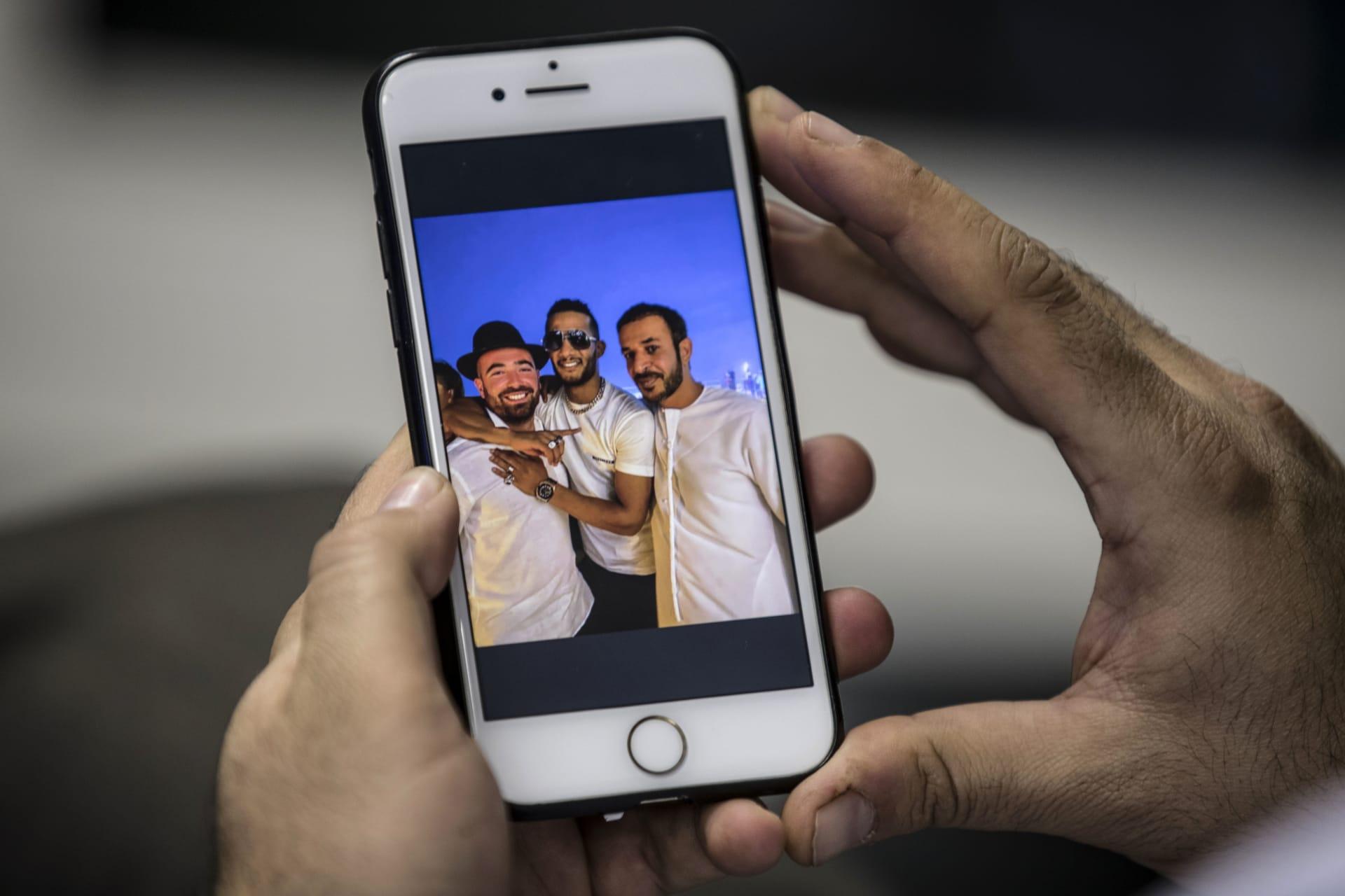 محمد رمضان مع المطرب الإسرائيلي عومير آدام والإماراتي حمد المزروعي