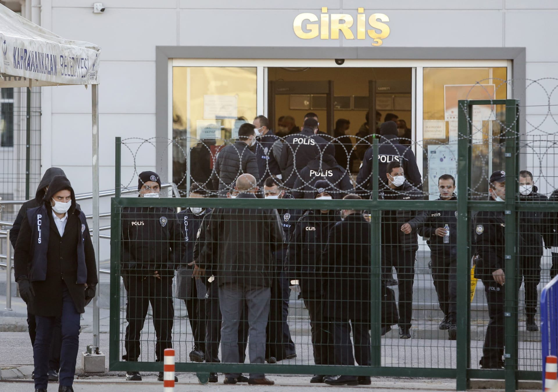 قوات الأمن التركية حول مقر المحكمة