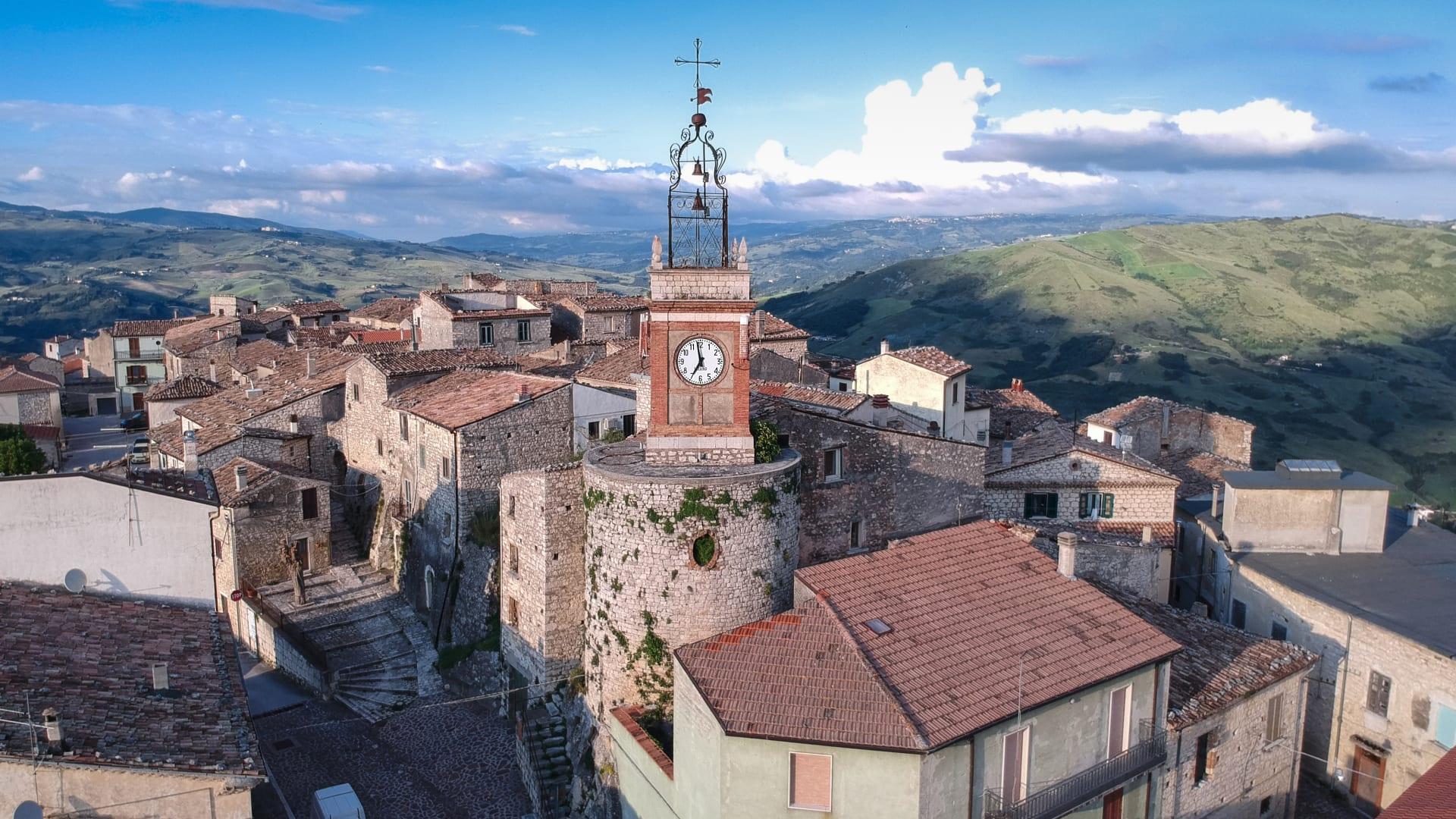 حاضنة لغابات مسحورة وقصص الأشباح.. إليك أحدث قرية إيطالية تعرض منازلها للبيع مقابل دولار فقط