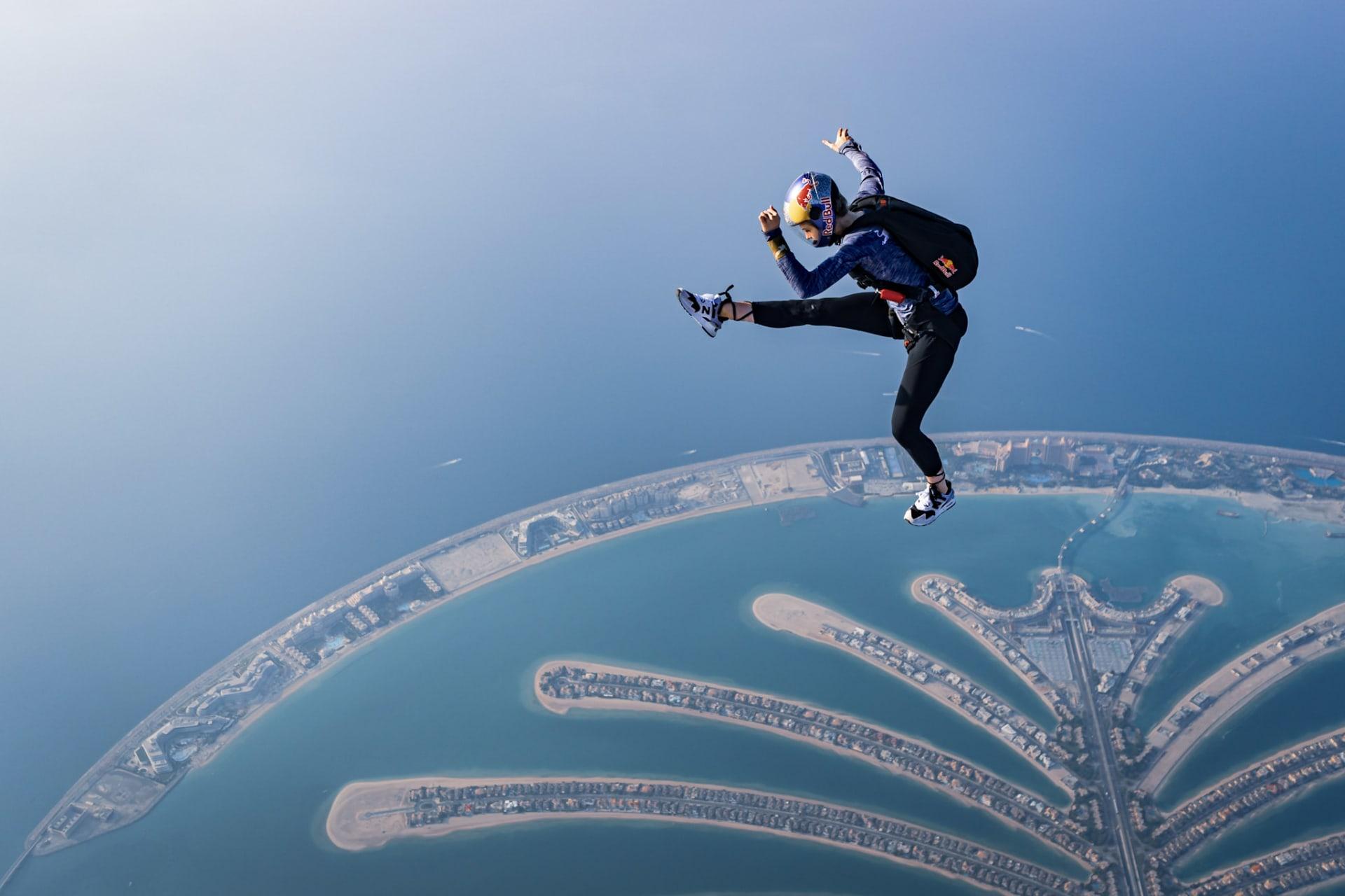 من ارتفاع 14000 قدم فوق نخلة جميرا بدبي..رياضية بولندية تستعرض حركات مثيرة خلال تجربة القفز المظلي الحر