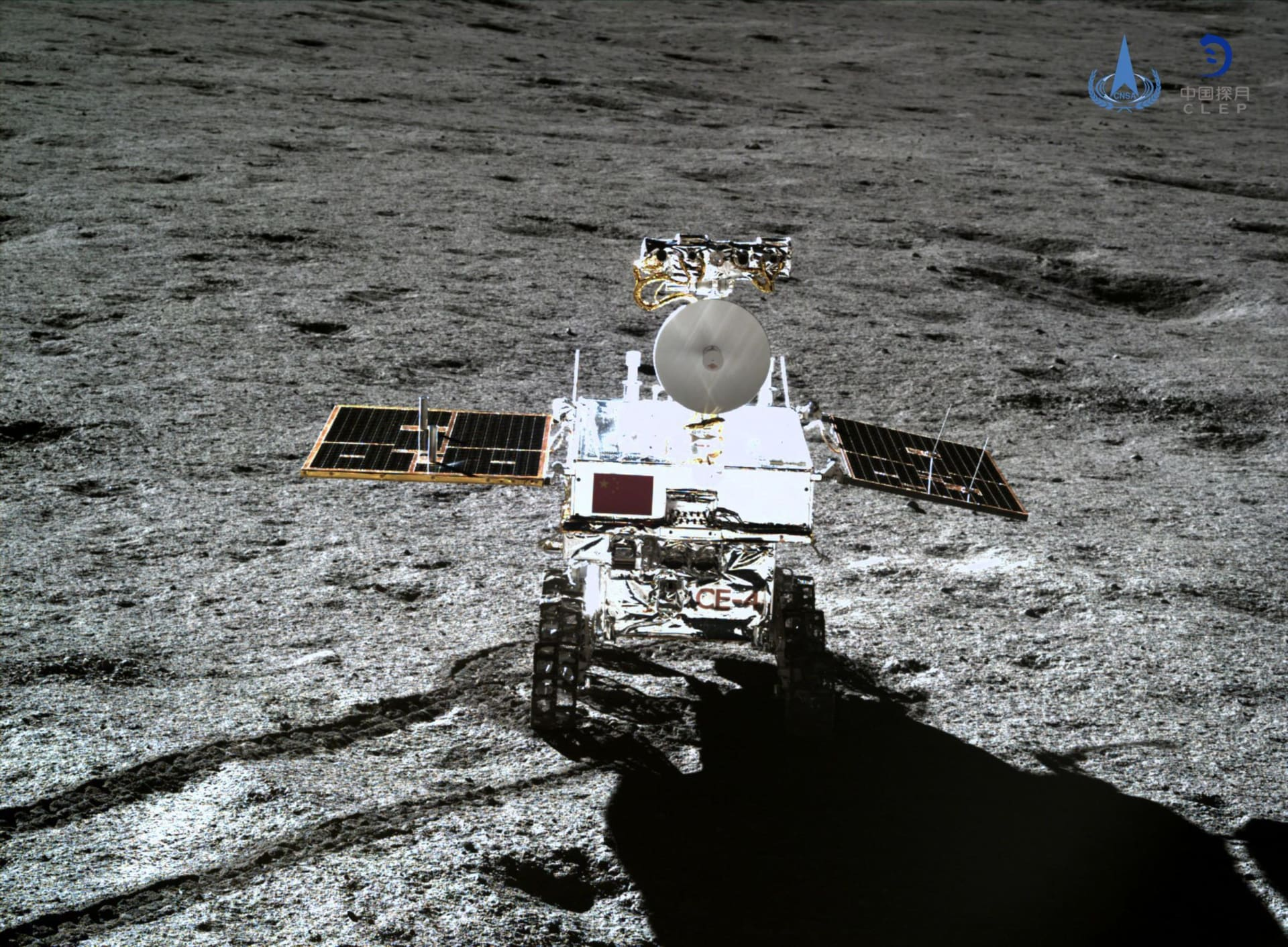 مركبة فضاء صينية تحط على سطح القمر لجمع عينات من ترابه وصخوره