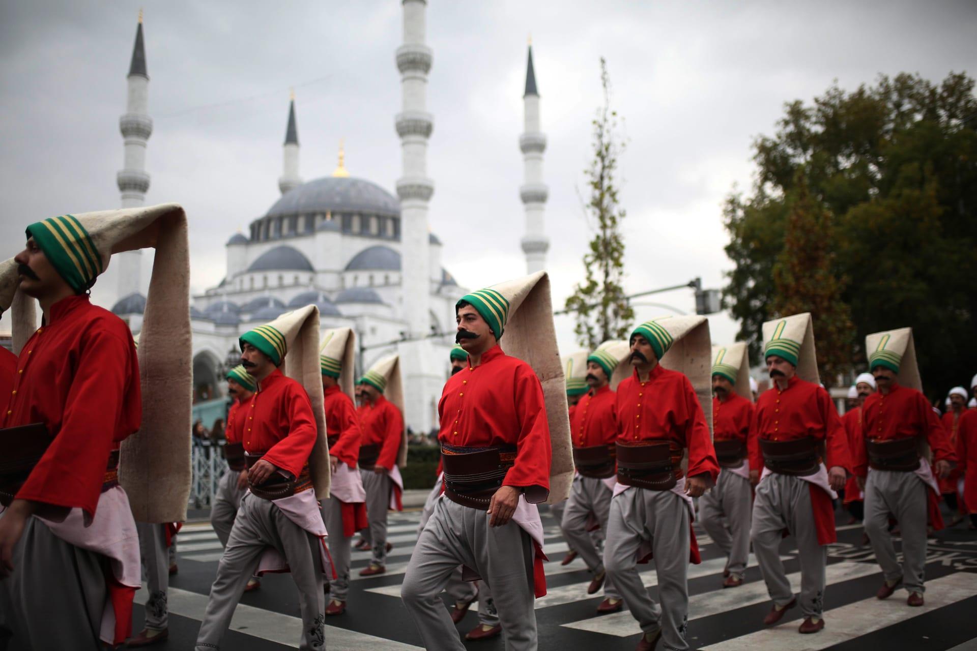 صورة أرشيفية لجنود أتراك بزي من الحقبة العثمانية خلال استعراض 2017