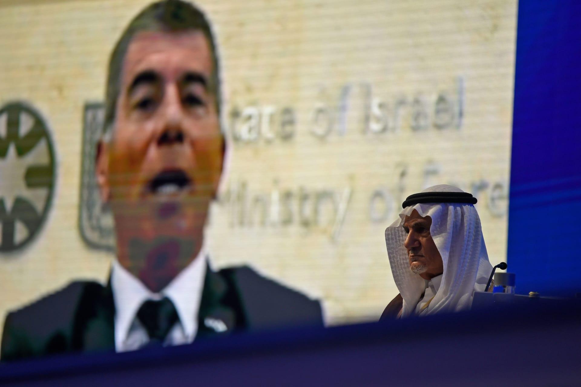 رئيس الاستخبارات السعودية الأسبق يهاجم إسرائيل في وجود وزير خارجيتها.. وإشكنازي يرد
