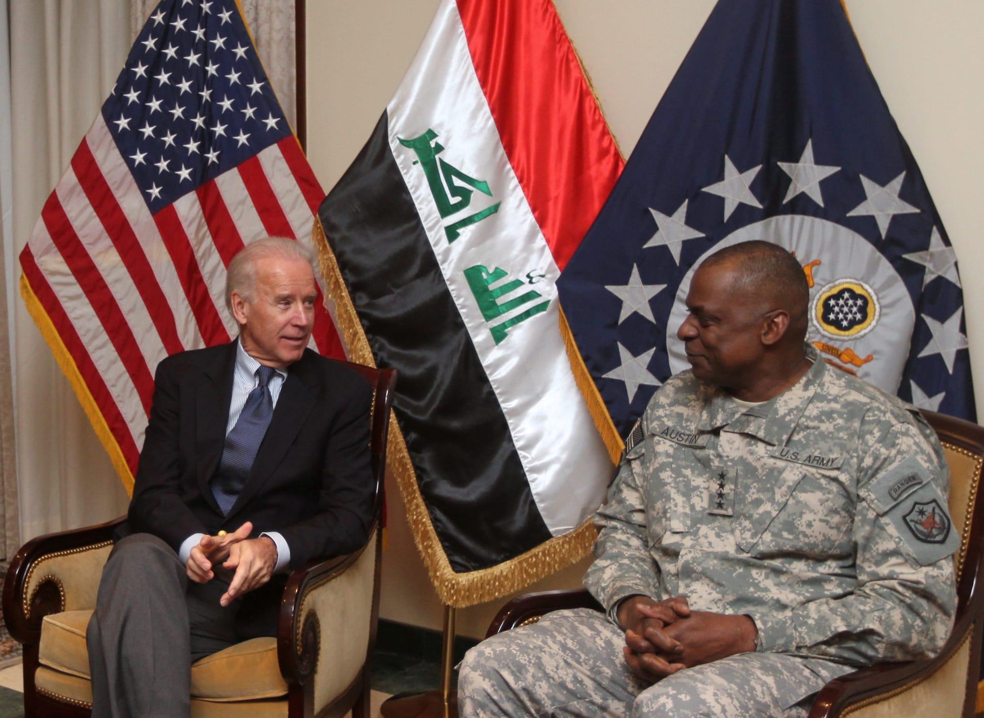 بايدن (يسار) يلتقي أوستن عندما كان قائدا للقوات الأمريكية في العراق العام 2011
