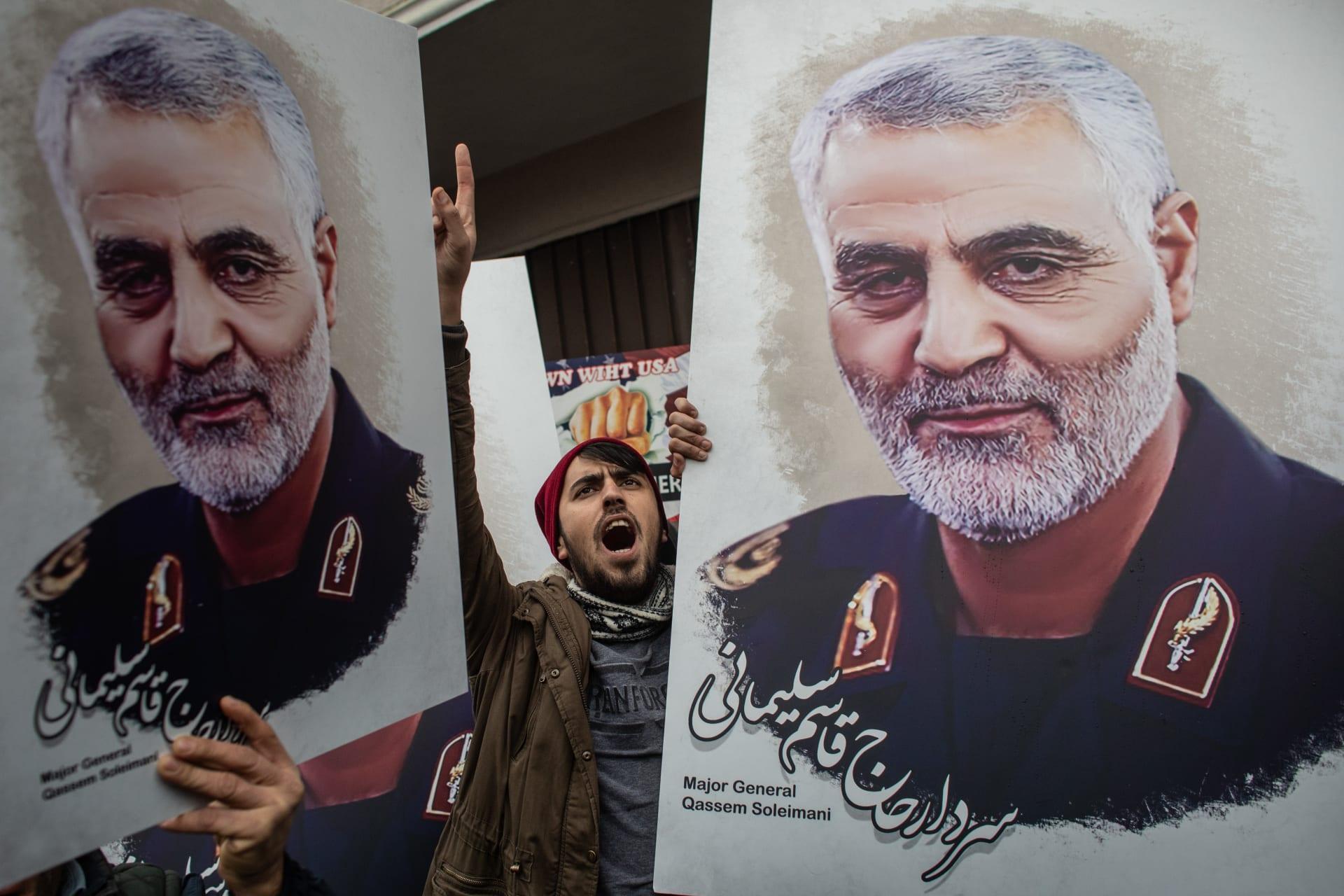 مع اقتراب ذكرى مقتله.. فيديو تعليق صور قاسم سليماني في البرلمان العراقي تُير جدلا واسعا