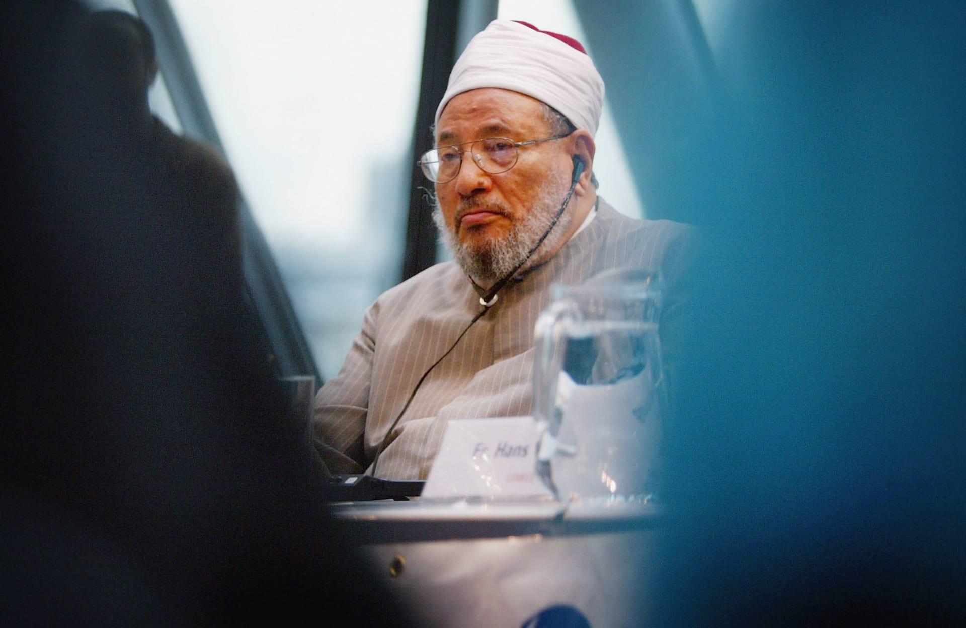 """""""العمامة بدلا من البرنيطة"""".. القرضاوي يثير الجدل بتغريدة حول """"ريح الإسلام"""" والغرب"""