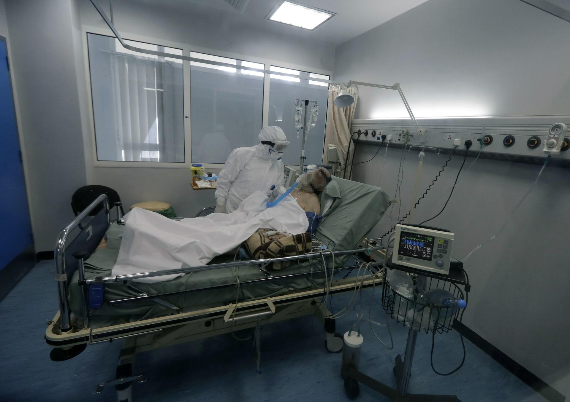 صورة أرشيفية لمصاب بكورونا في مستشفى بلبنان