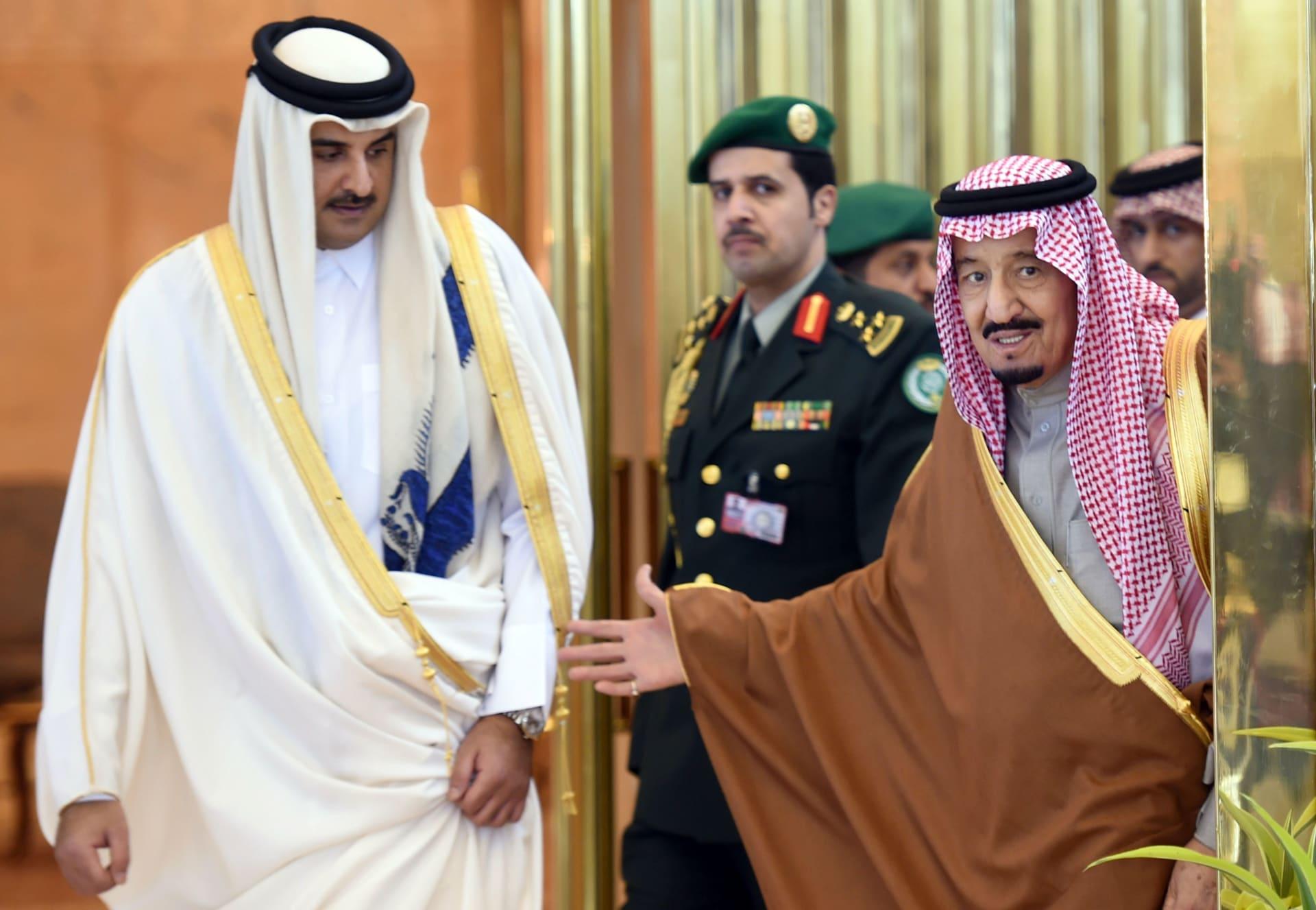صورة أرشيفية لاستقبال الملك سلمان لأمير قطر العام 2015