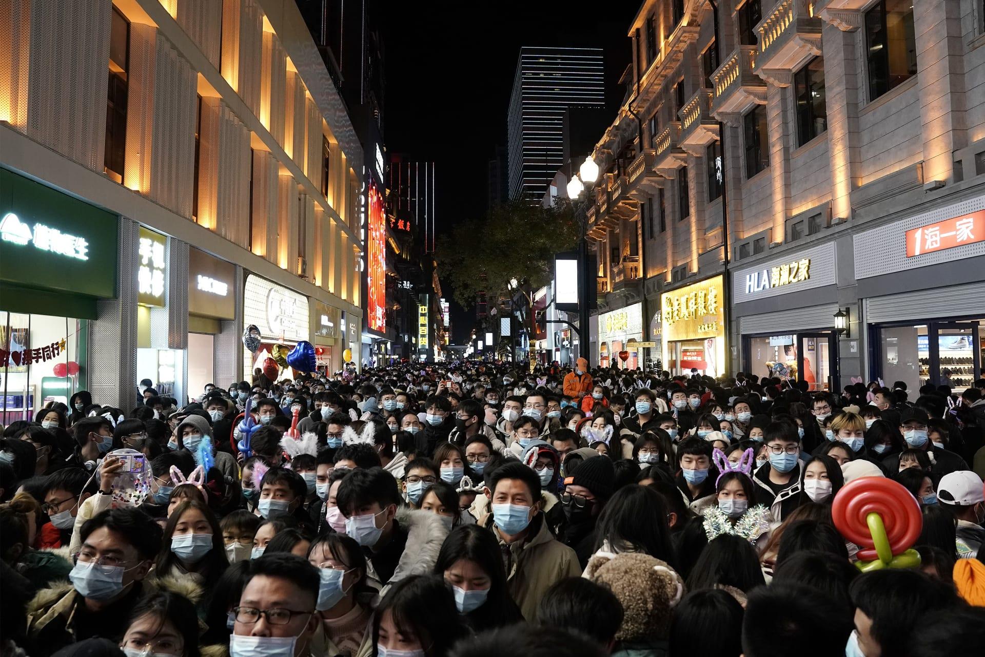 حشود تملأ الشوارع في مدينة ووهان أول بؤرة تفشي لكورونا للاحتفال بالعام الجديد