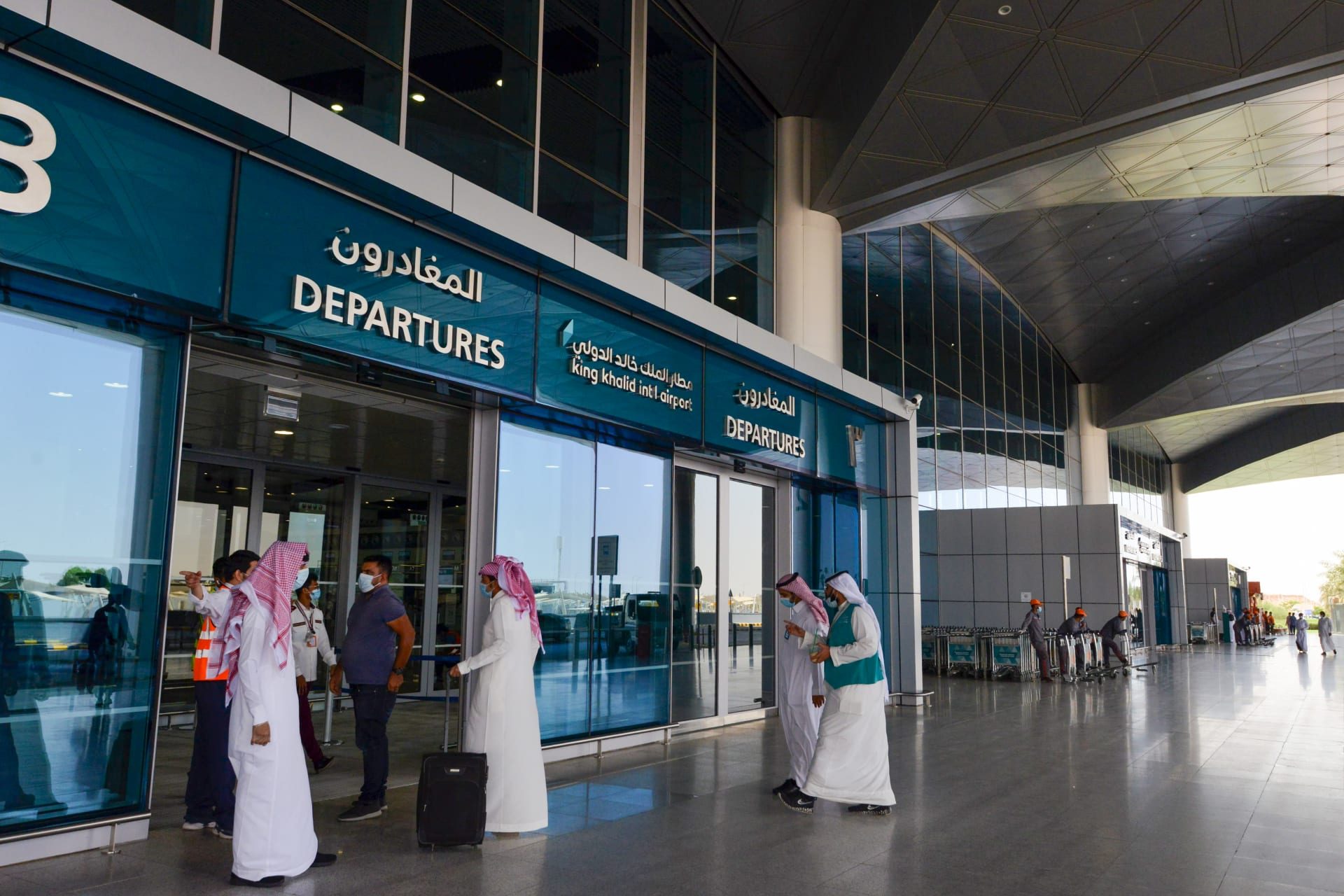 السعودية تستأنف رحلات الطيران والدخول عبر المنافذ البرية والبحرية