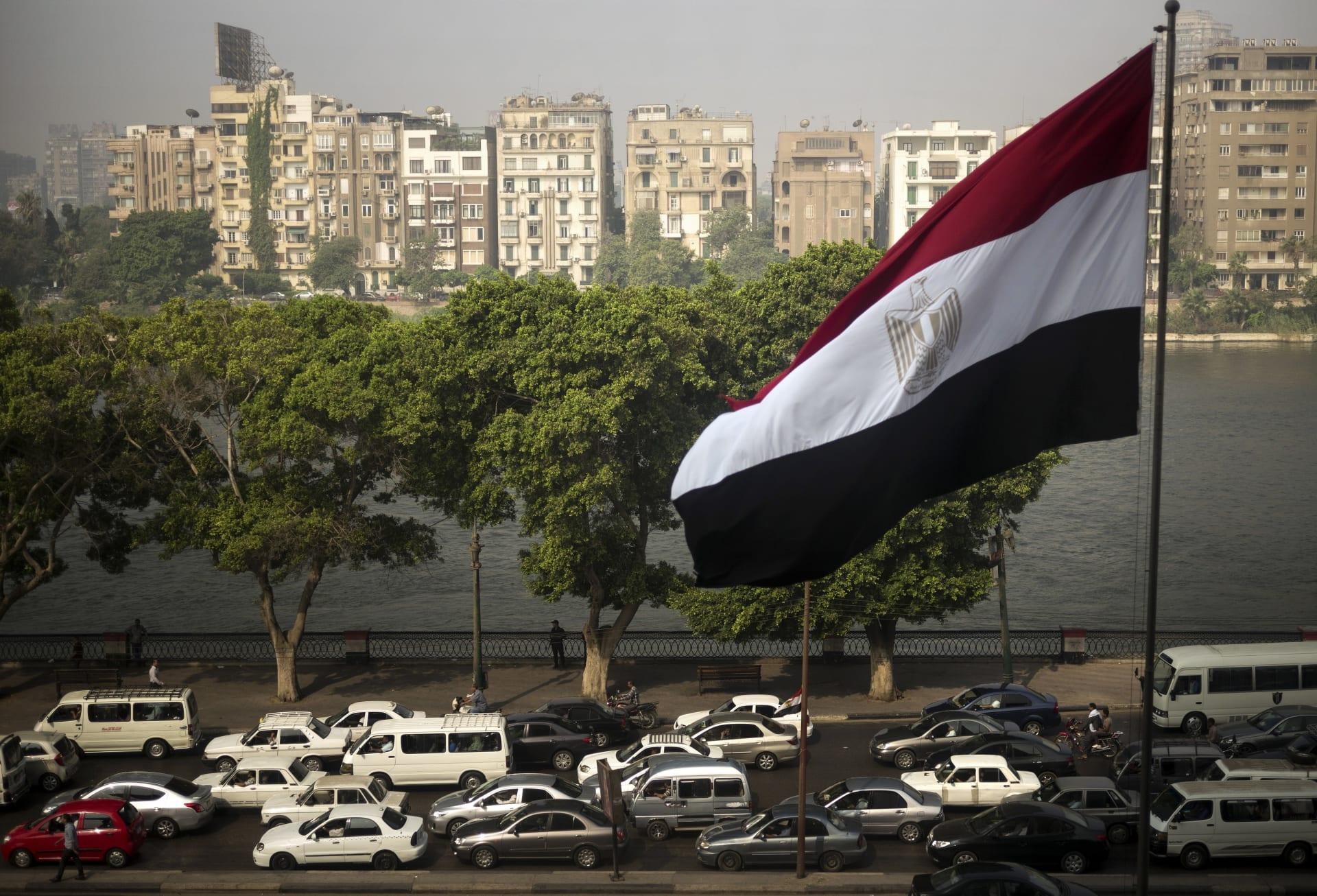 صورة أرشيفية للعلم المصري بأحد شوارع البلاد