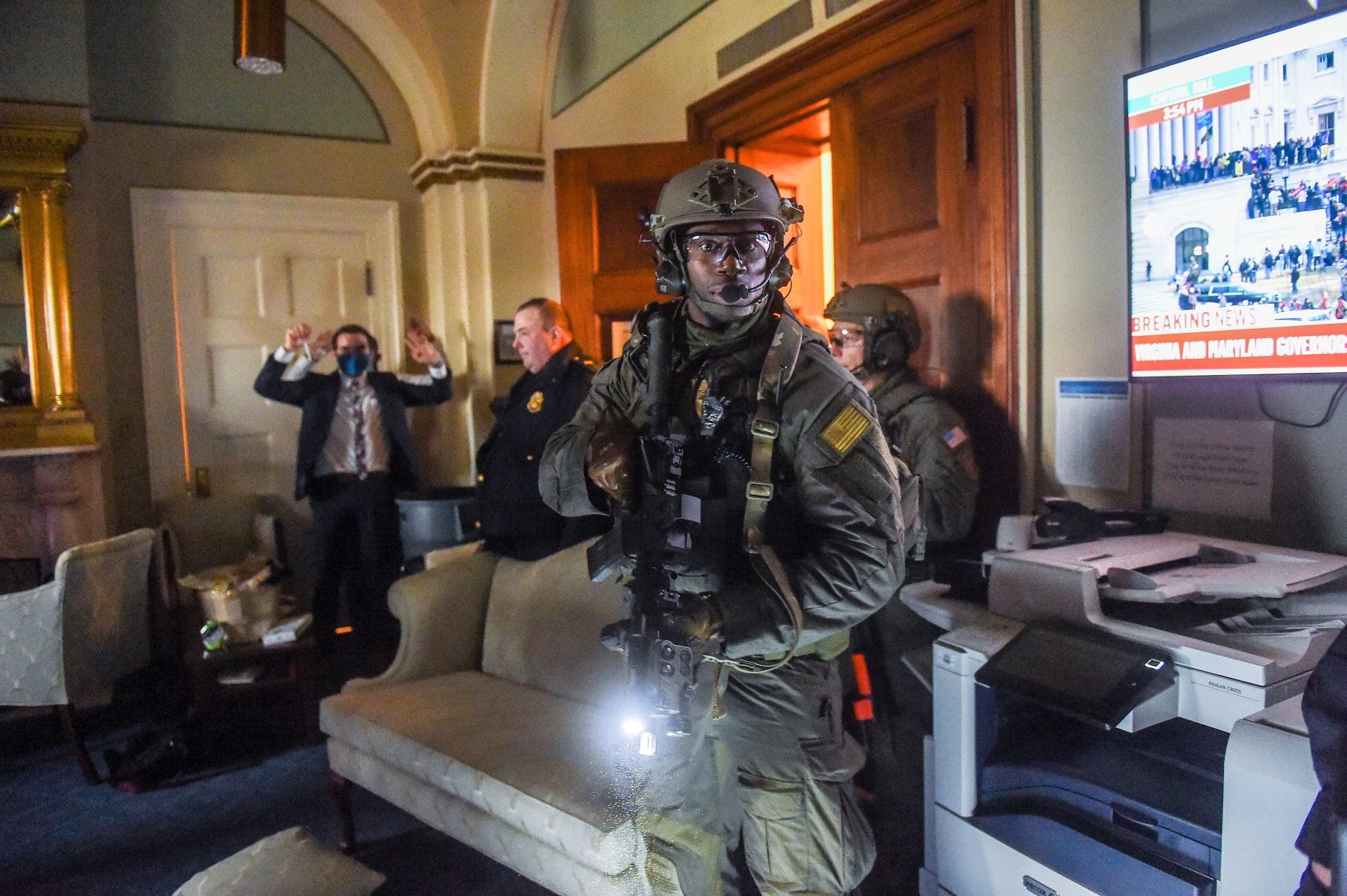 عناصر الأمن يؤمنون مبنى الكونغرس