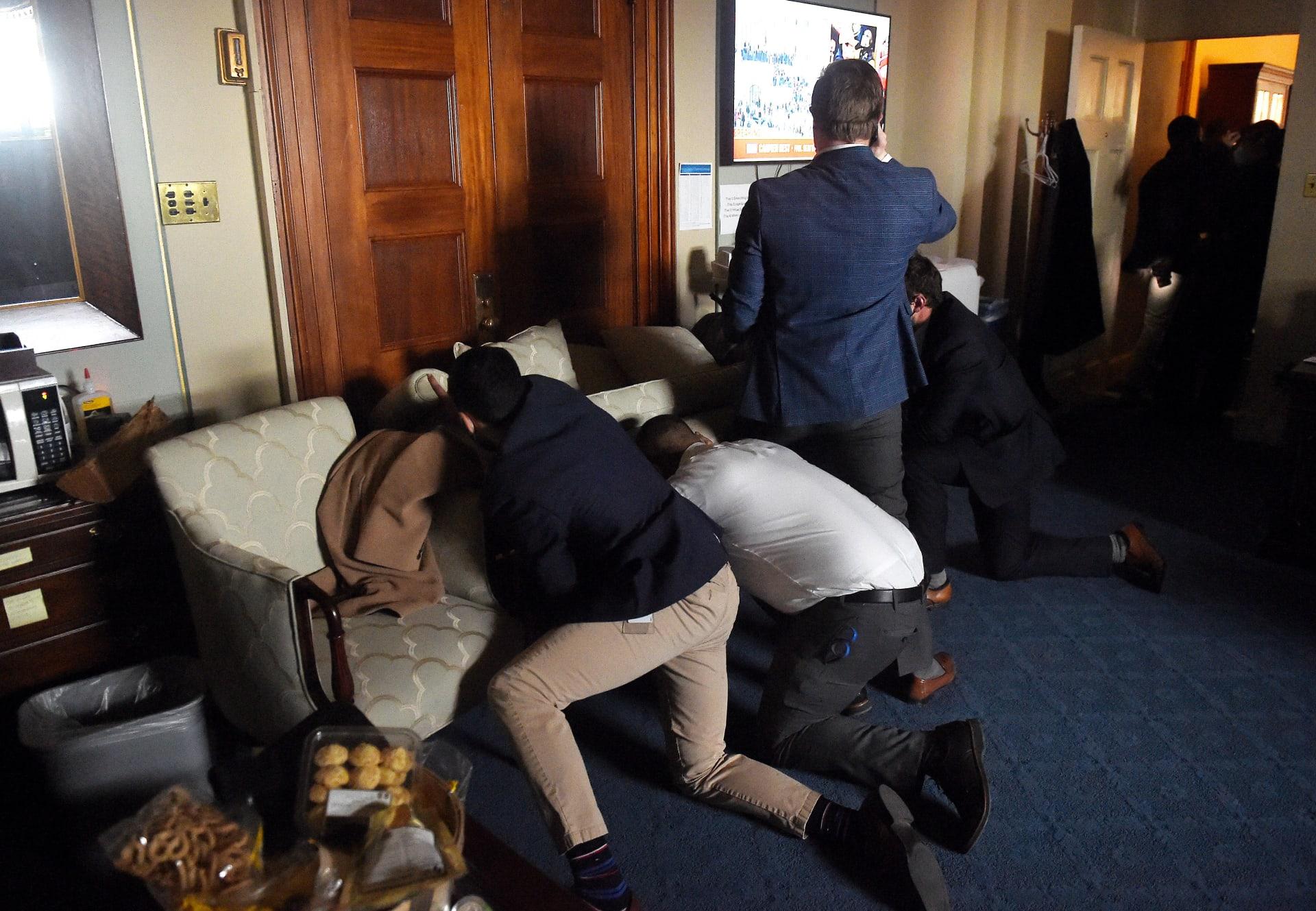 موظفون في مبنىالكونغرس يحصنون أنفسهم داخل المكاتب بعد اقتحام المبنى