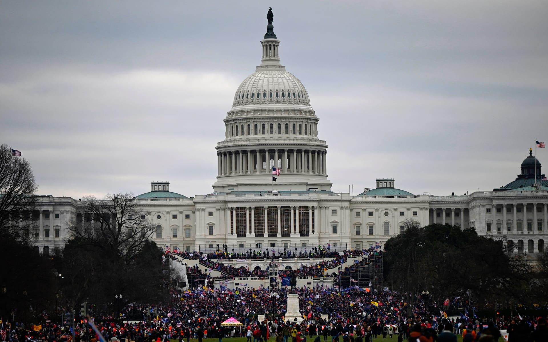أنصار الرئيس الأمريكي دونالد ترامب يتظاهرون خارج مبنى الكونغرس في 6 يناير 2021