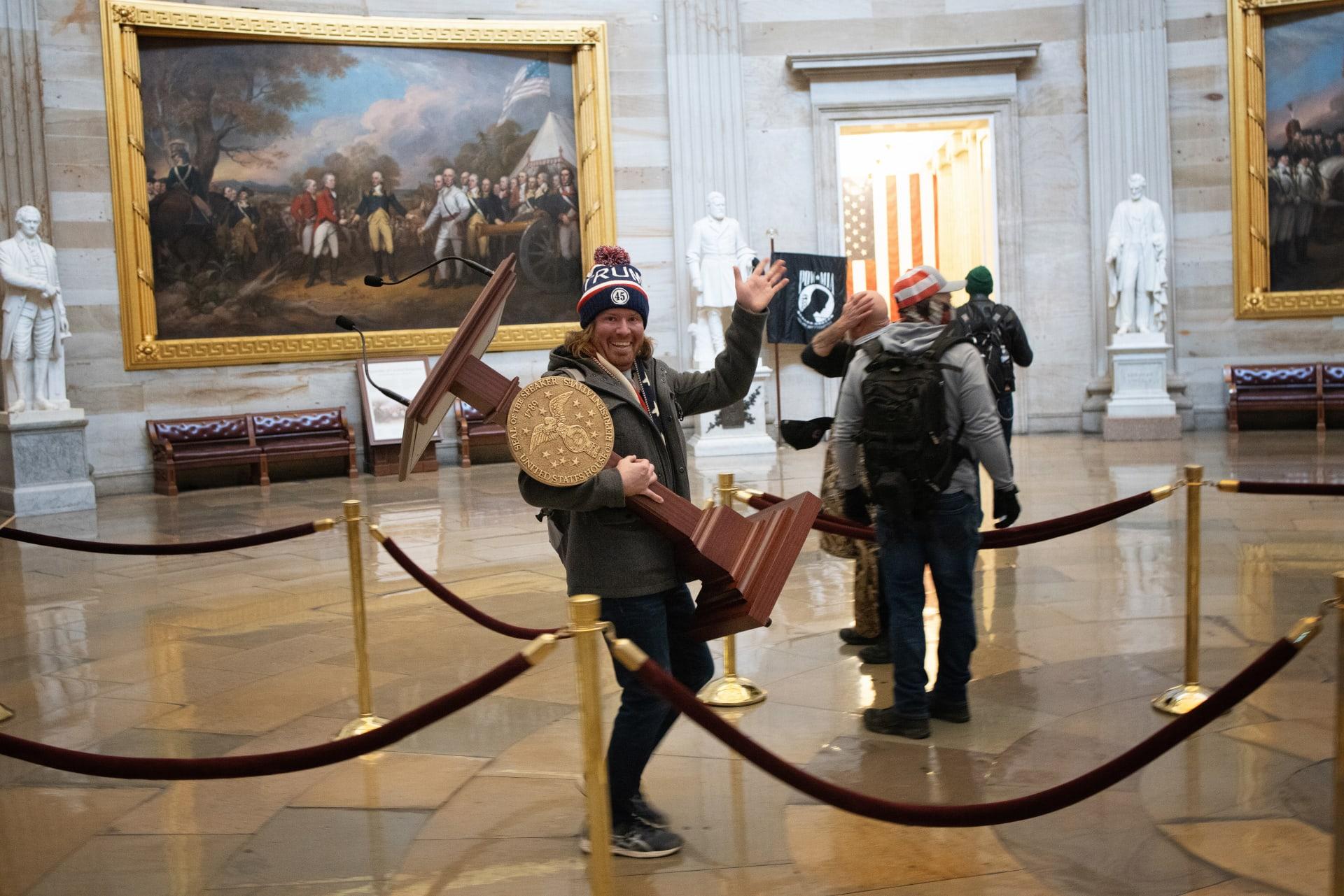 اعتقال الرجل حامل منصة رئيسة مجلس النواب خلال أعمال الشغب في الكونغرس الأمريكي