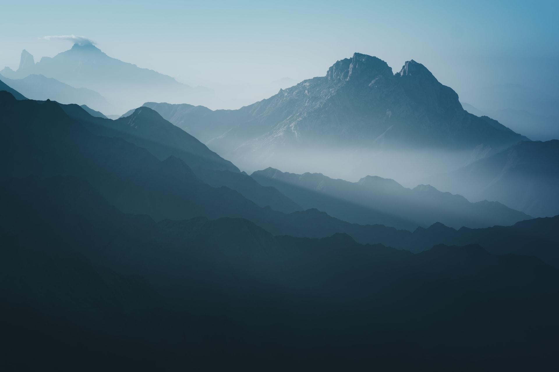 """مشاهد تبين """"الإبداع"""" وسط تضاريس صعبة.. مصور يوثق طرق السعودية الجبلية من زوايا جديدة"""