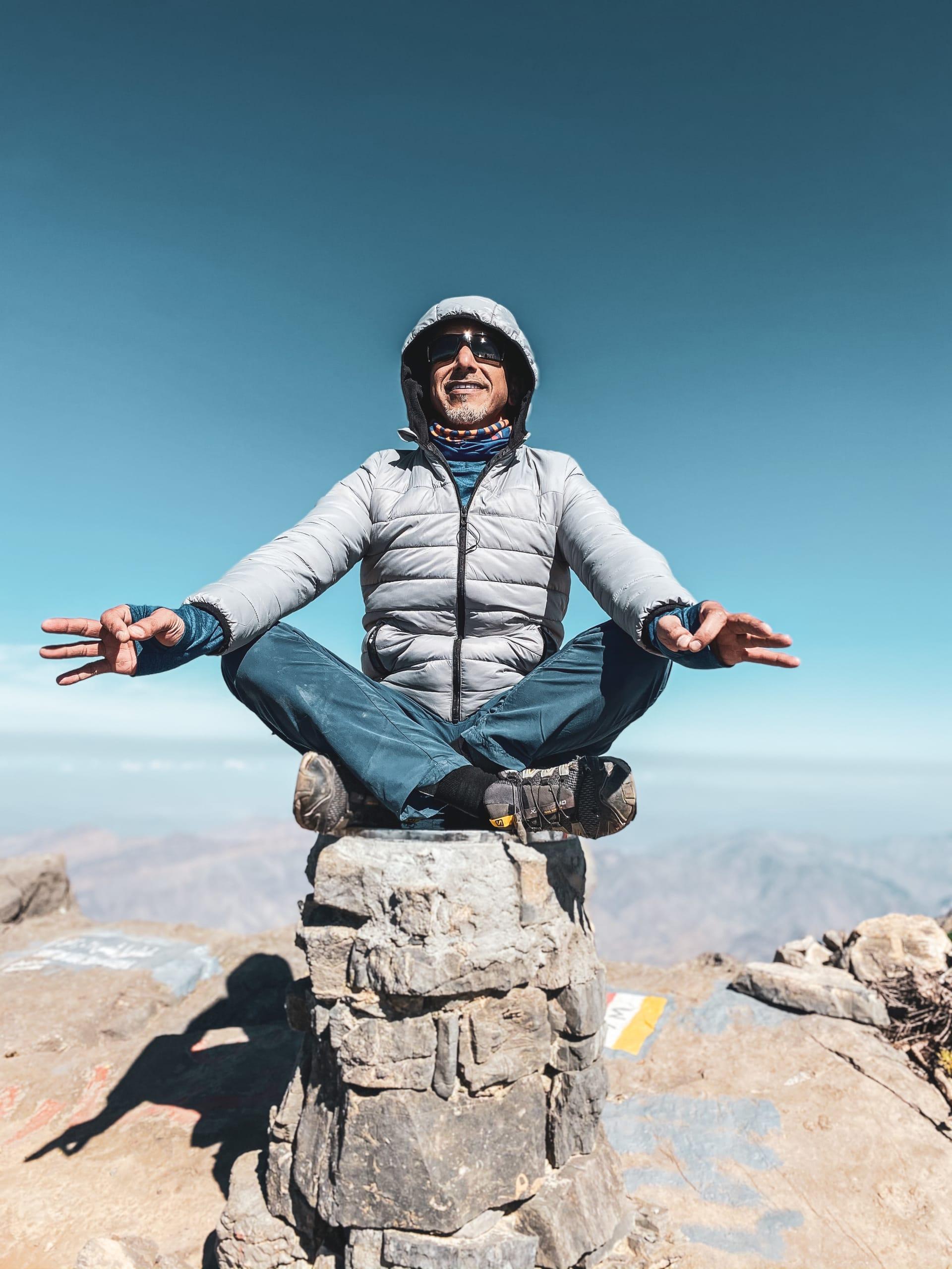 يستحق عناء المغامرة.. هكذا يبدو المشهد من أعلى قمة جبلية في عمان