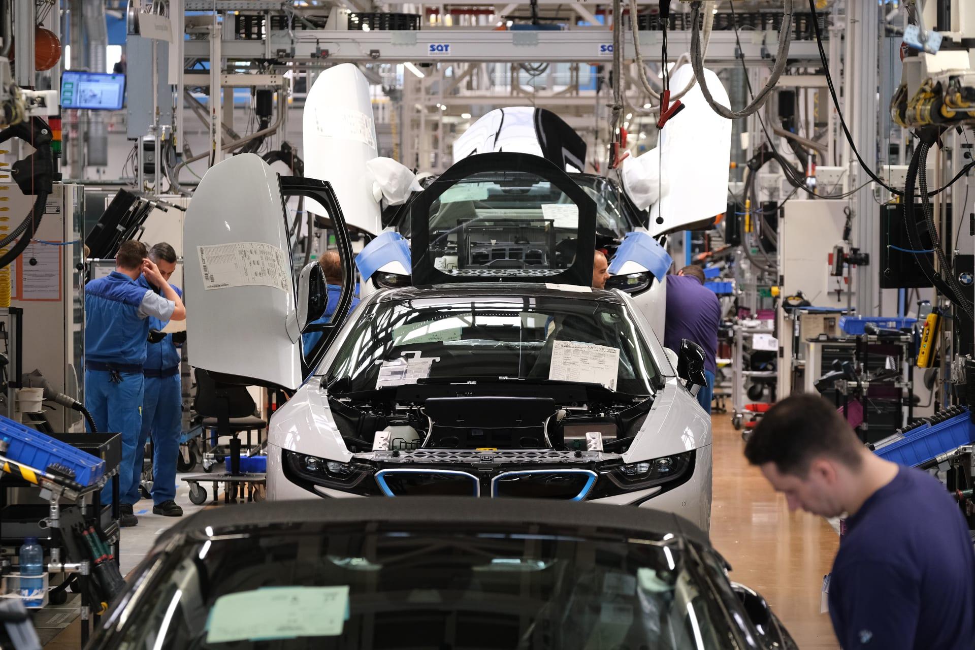 """""""بي إم دبليو"""" تبرم صفقة مع شركة إماراتية لإنتاج أول ألومنيوم مصنّع بالطاقة الشمسية"""
