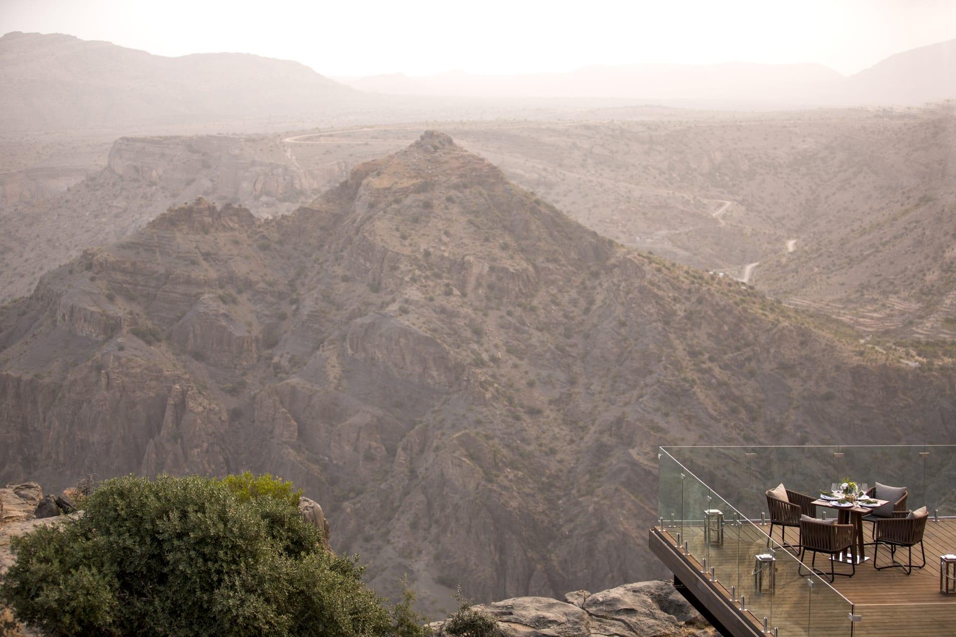 إحداها بسلطنة عمان.. إليك أجمل الفنادق التي تقع على قمة جرف بالعالم