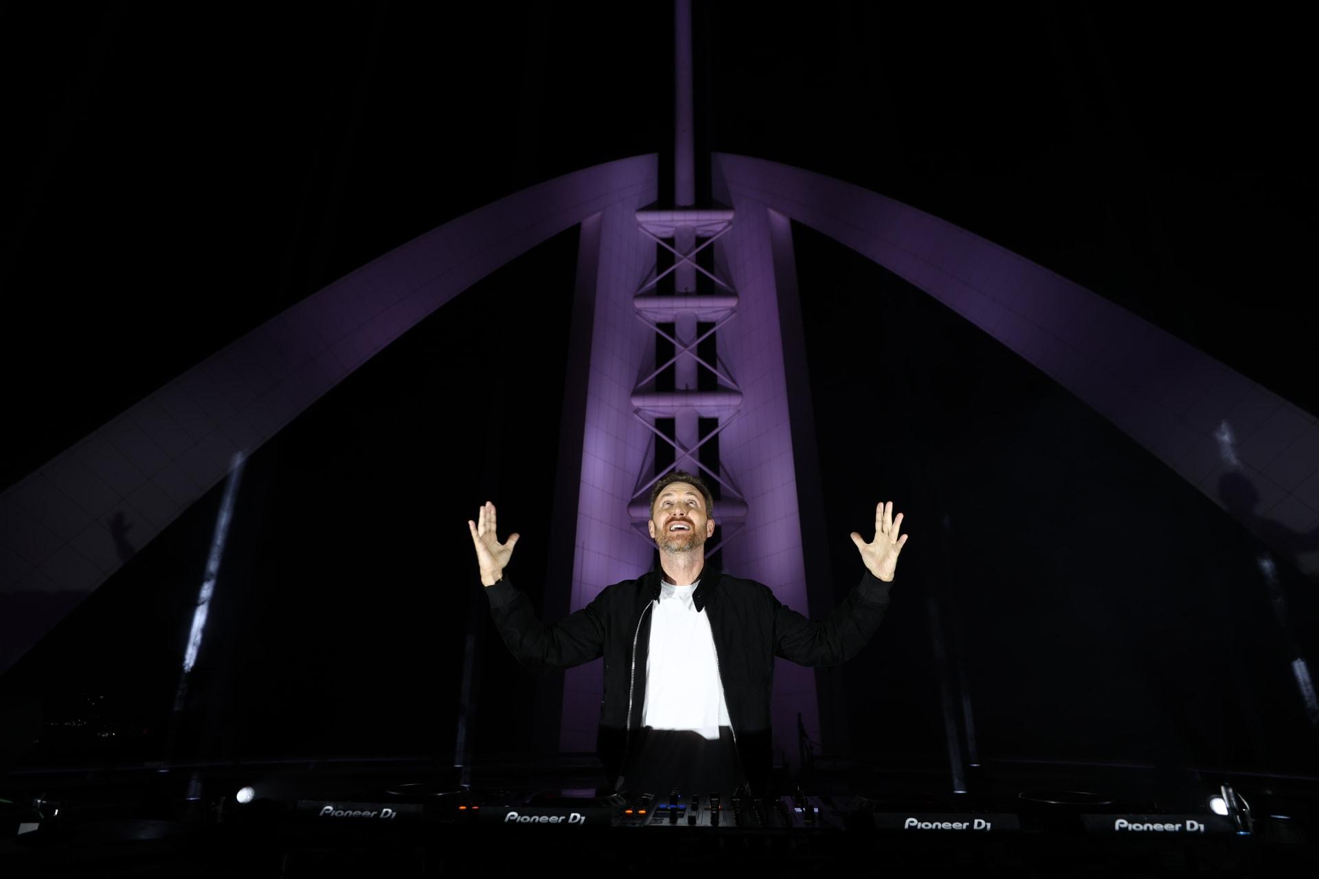 دافيد غيتا يقدم حفله الموسيقى من أعلى فندق برج العرب جميرا في دبي