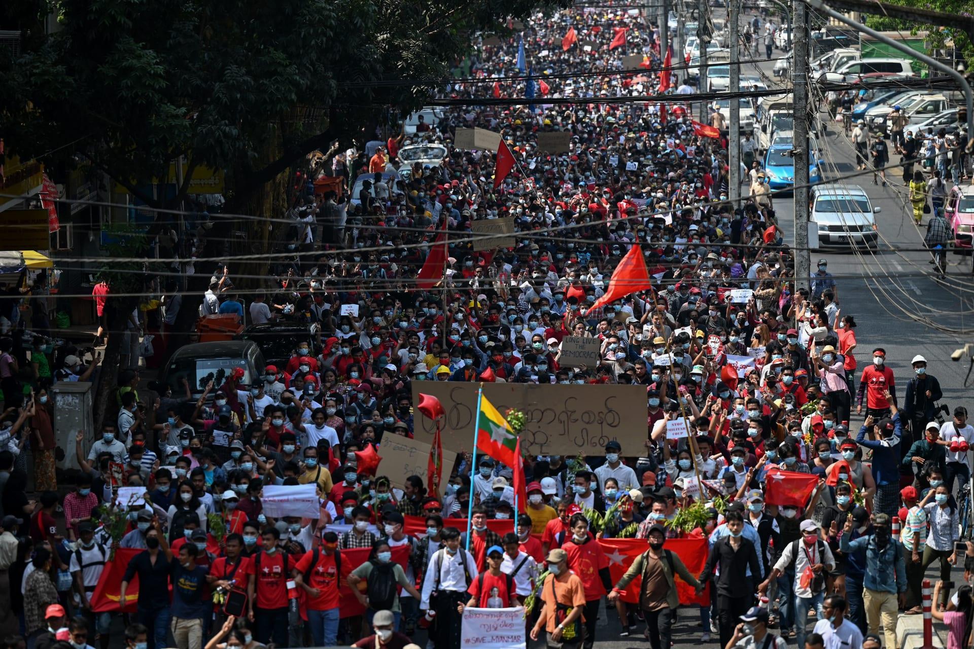 لليوم الثاني.. مظاهرات في ميانمار ضد الانقلاب والمحتجون: نريد قائدتنا