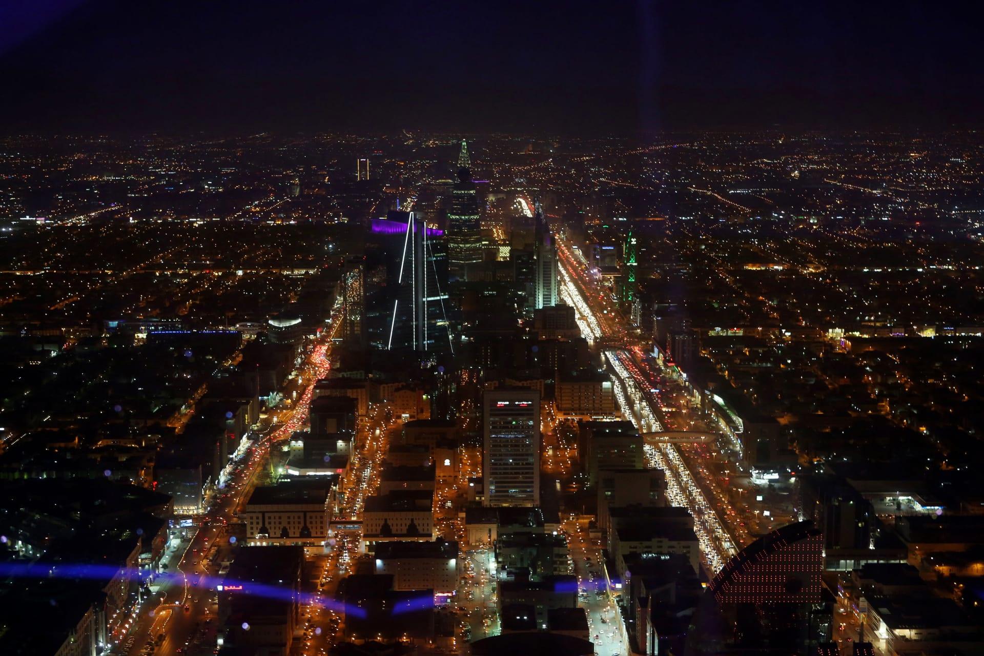 الحكومة السعودية تعلن عزمها إيقاف التعاقد مع الشركات الأجنبية التي لديها مقرات في المنطقة خارج المملكة